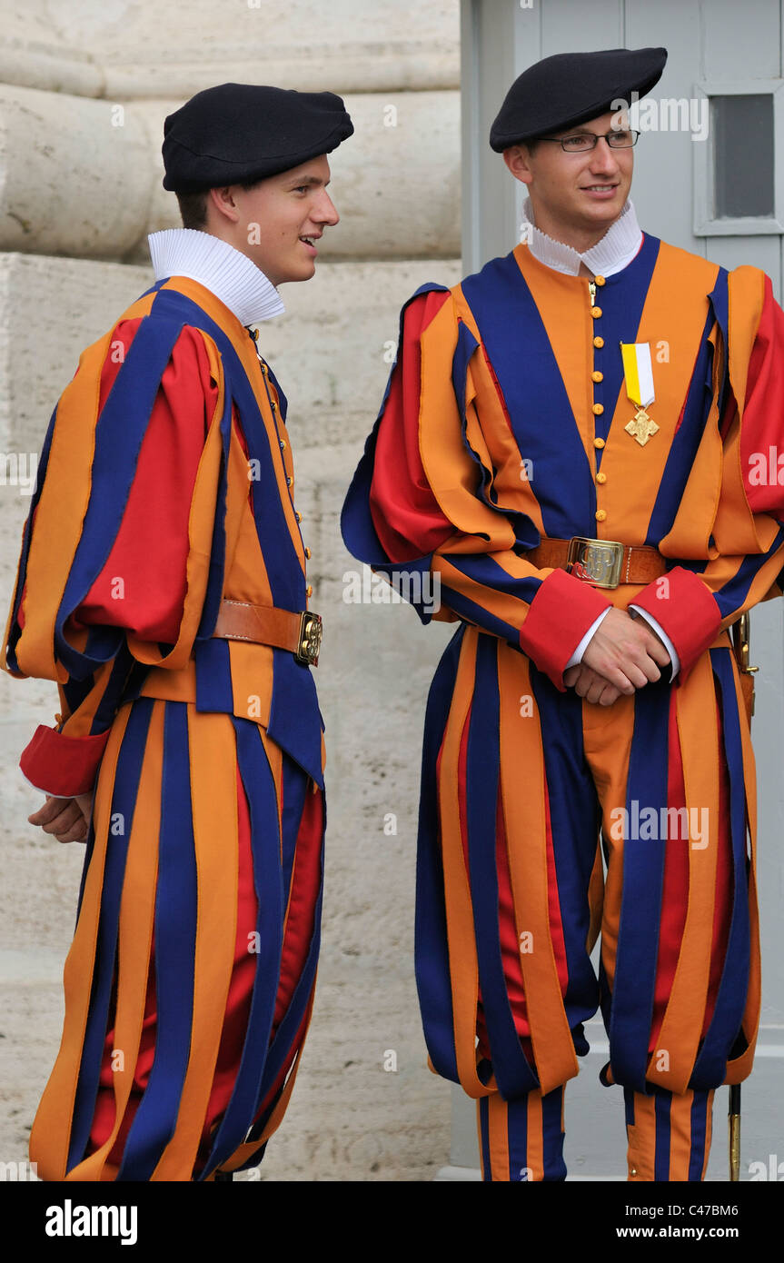Rome. L'Italie. Gardes Suisses en uniforme d'été. Photo Stock