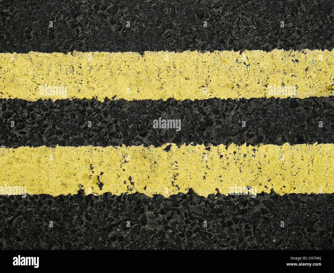 Le double ligne jaune sur une route, Close Up. Photo Stock
