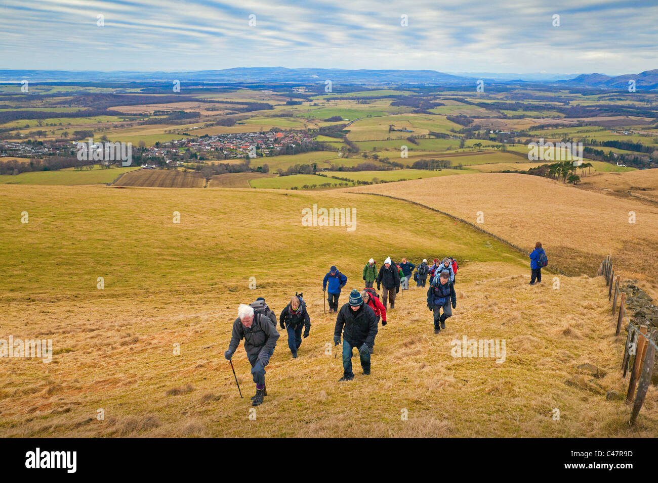 Un club de randonnée escalade la colline salin au-dessus du village de la Saline Banque D'Images