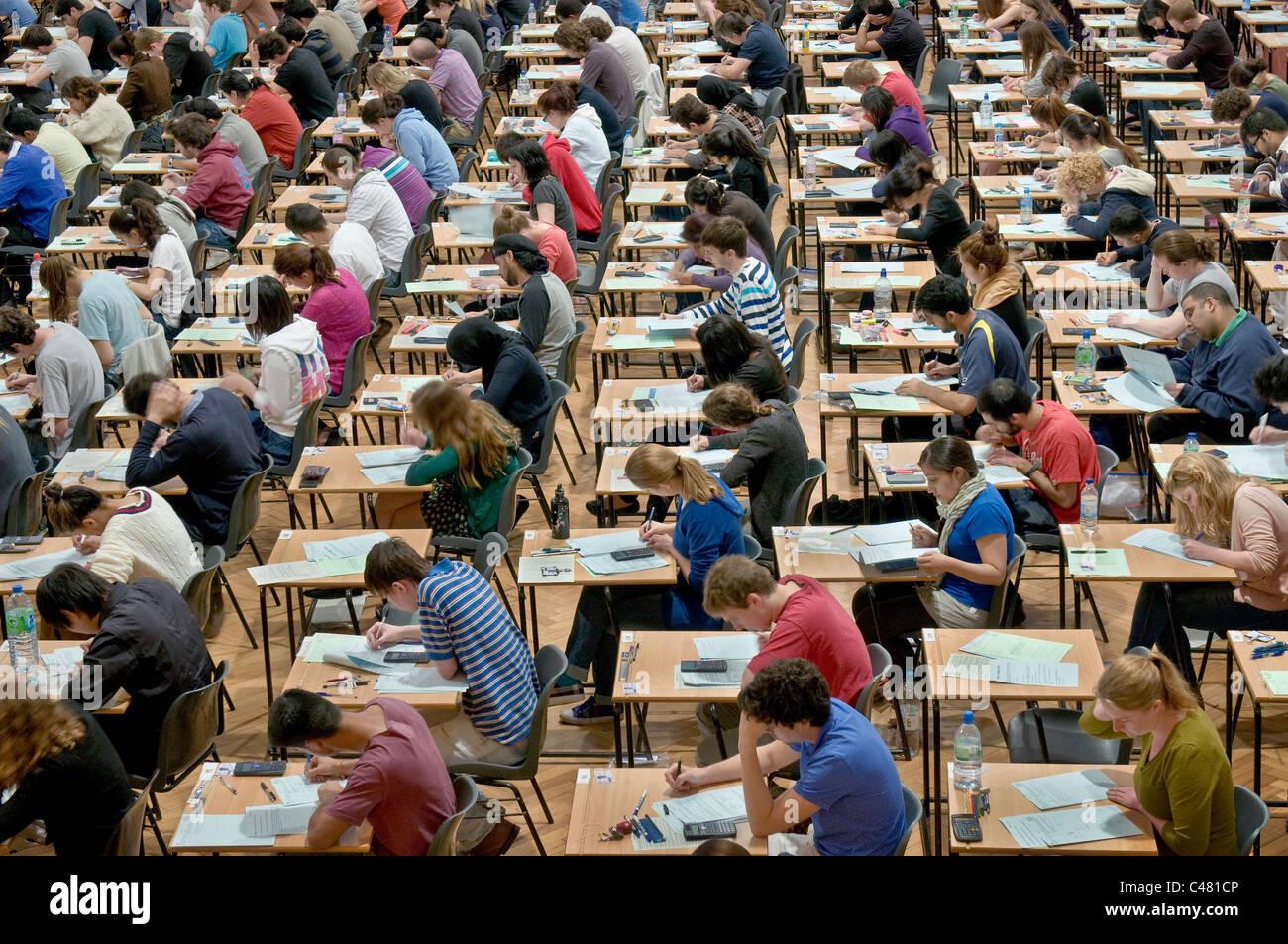 Les étudiants de l'Université de King's College London, séance d'examens. Photo Stock