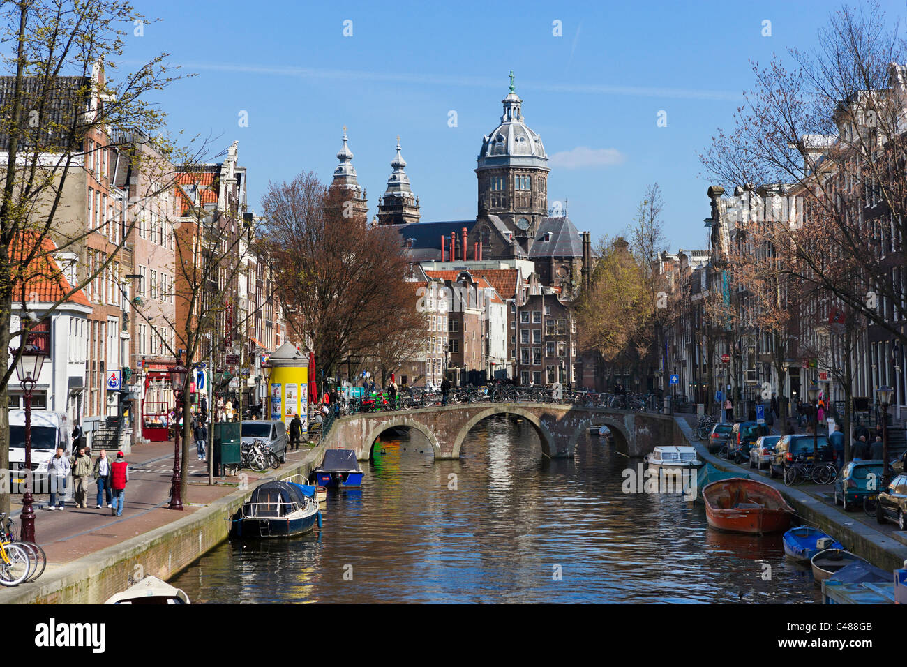 La Sint-Nicolaaskerk (église de St Nicolas) à la fin de l'Oudezijds Voorburgwal, Amsterdam, Pays-Bas Photo Stock