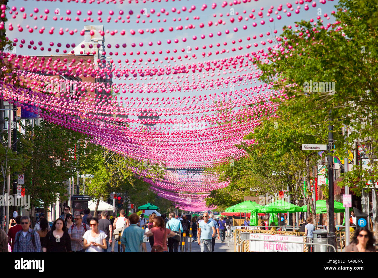 Boules rose décorant le Village gai ou le village, quartier gay de Montréal, Canada Photo Stock