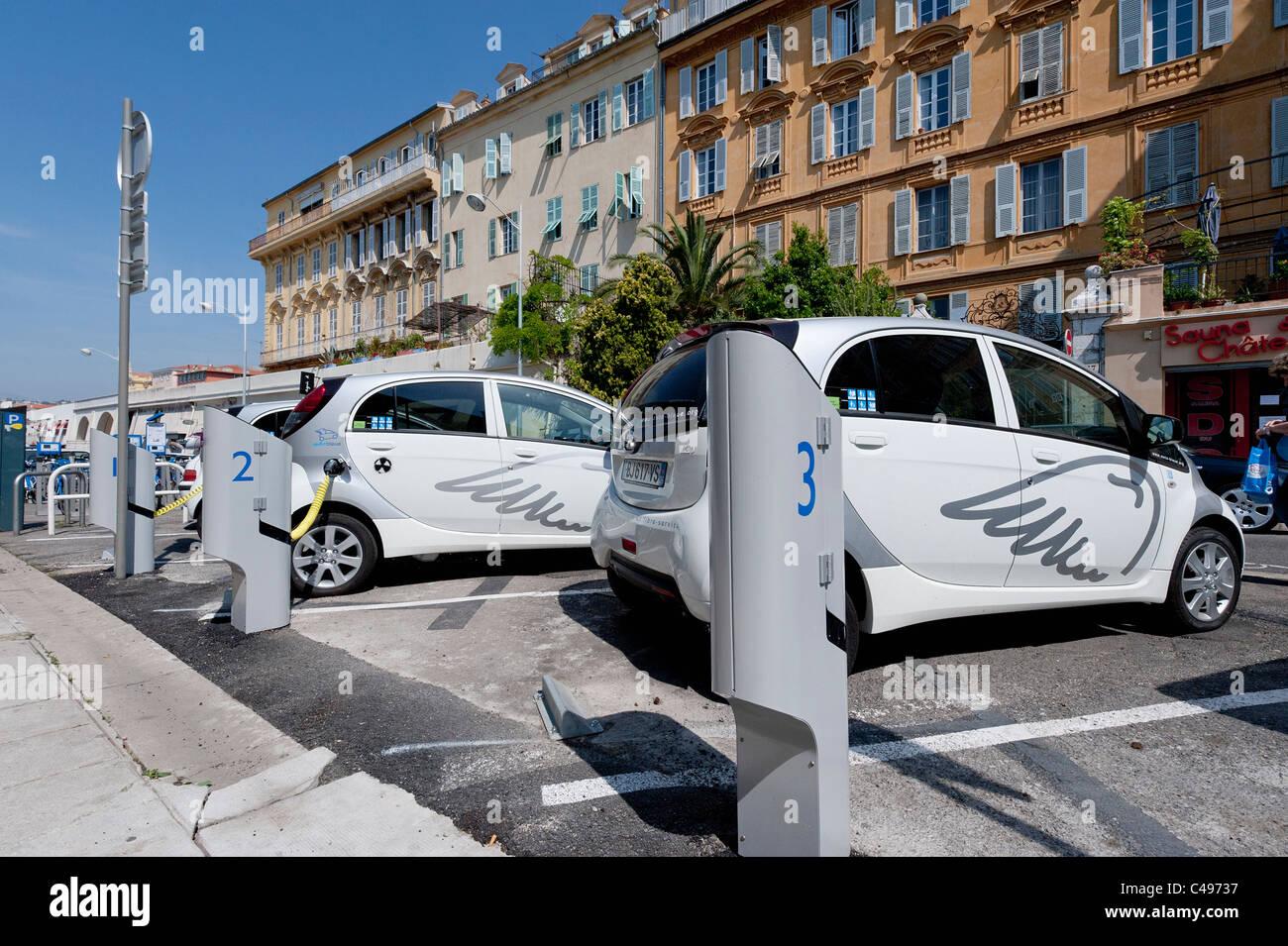Voitures électriques - Voiture électrique Auto Bleue à point de recharge dans la ville de Nice en Photo Stock