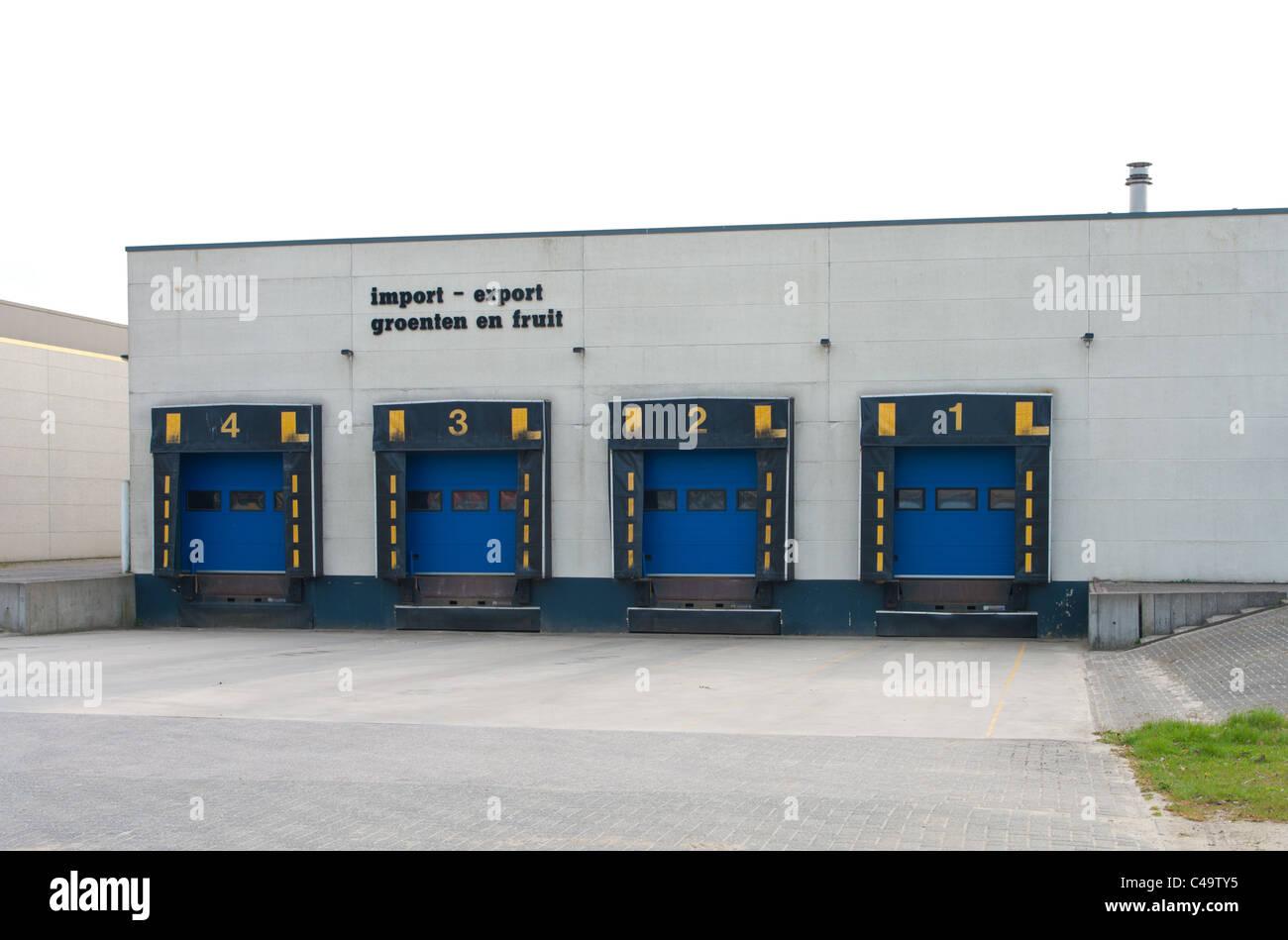 Portes de chargement quai de chargement à un petit entrepôt pour les légumes et les fruits Photo Stock