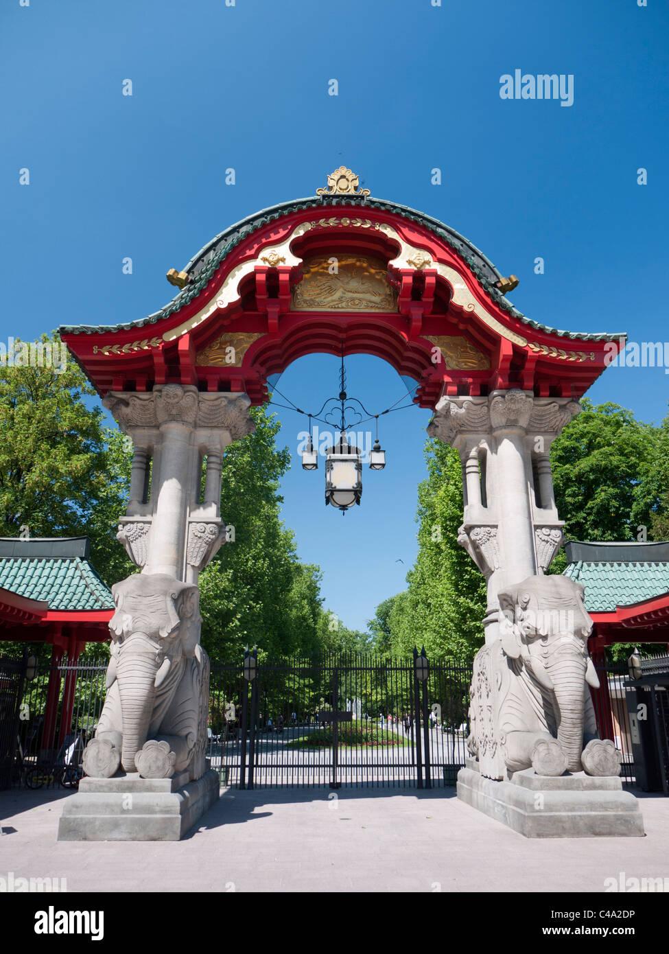 Porte d'entrée ouvragée au zoo de Berlin Allemagne Photo Stock