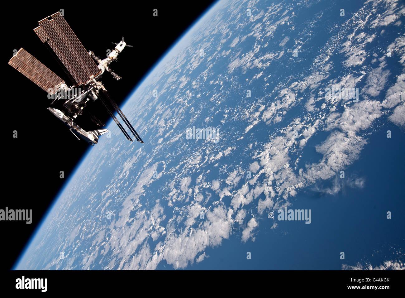 La navette spatiale Endeavour amarrée à la Station spatiale internationale Photo Stock
