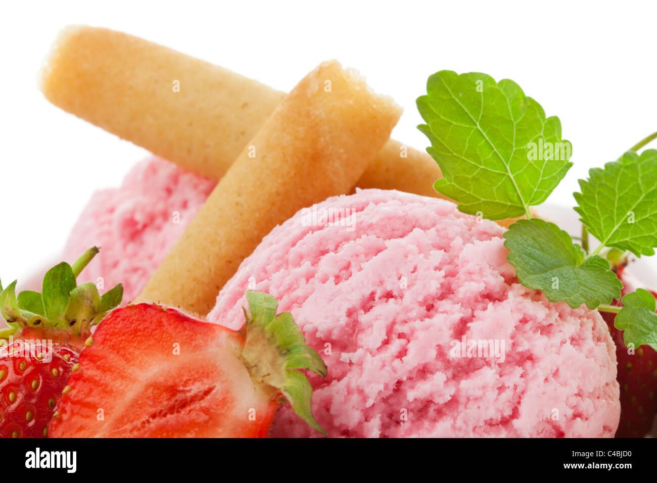 Close-up of strawberry boules de glace avec des fruits, des gaufres et des feuilles de menthe Photo Stock