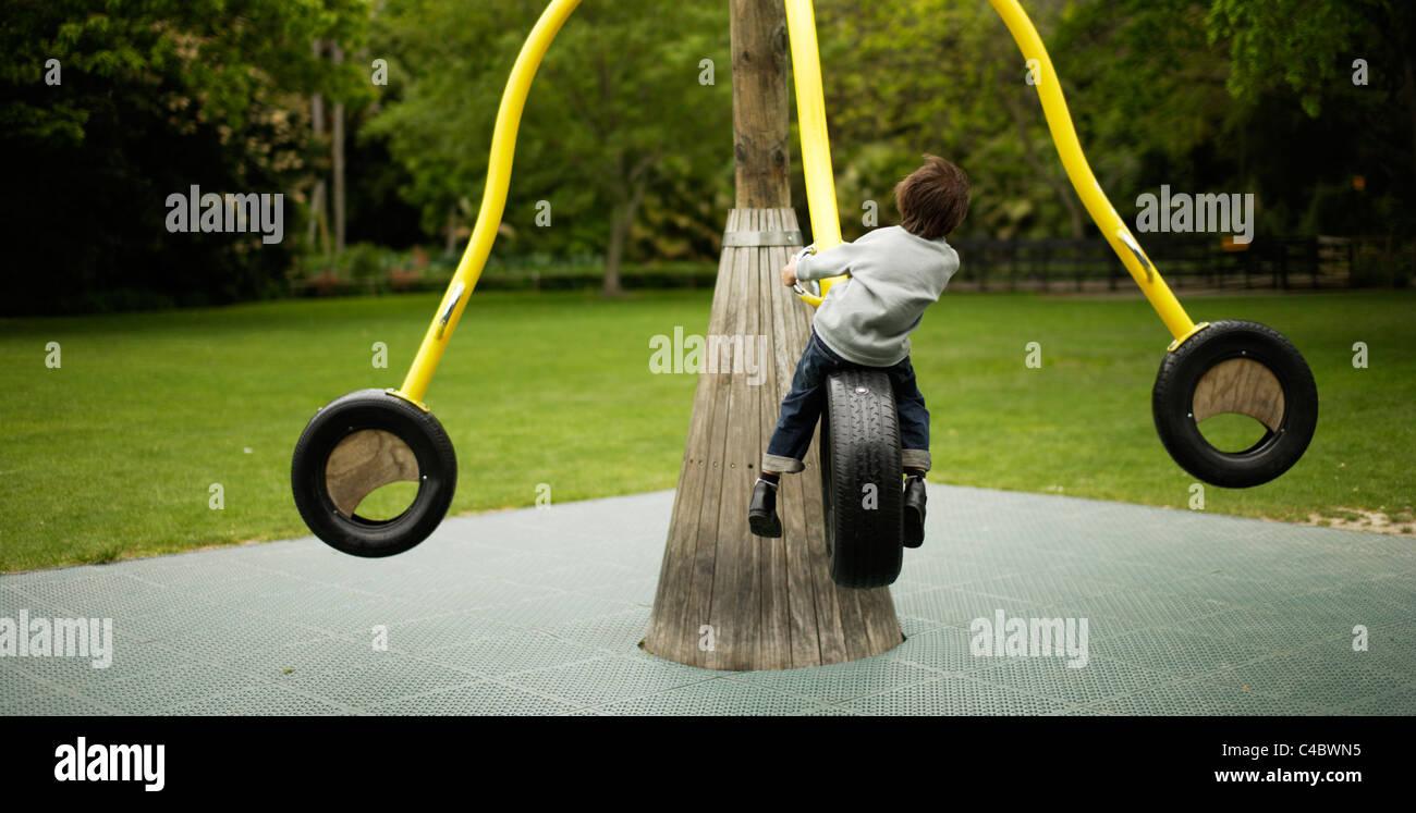 Six ans joue dans le parc Photo Stock
