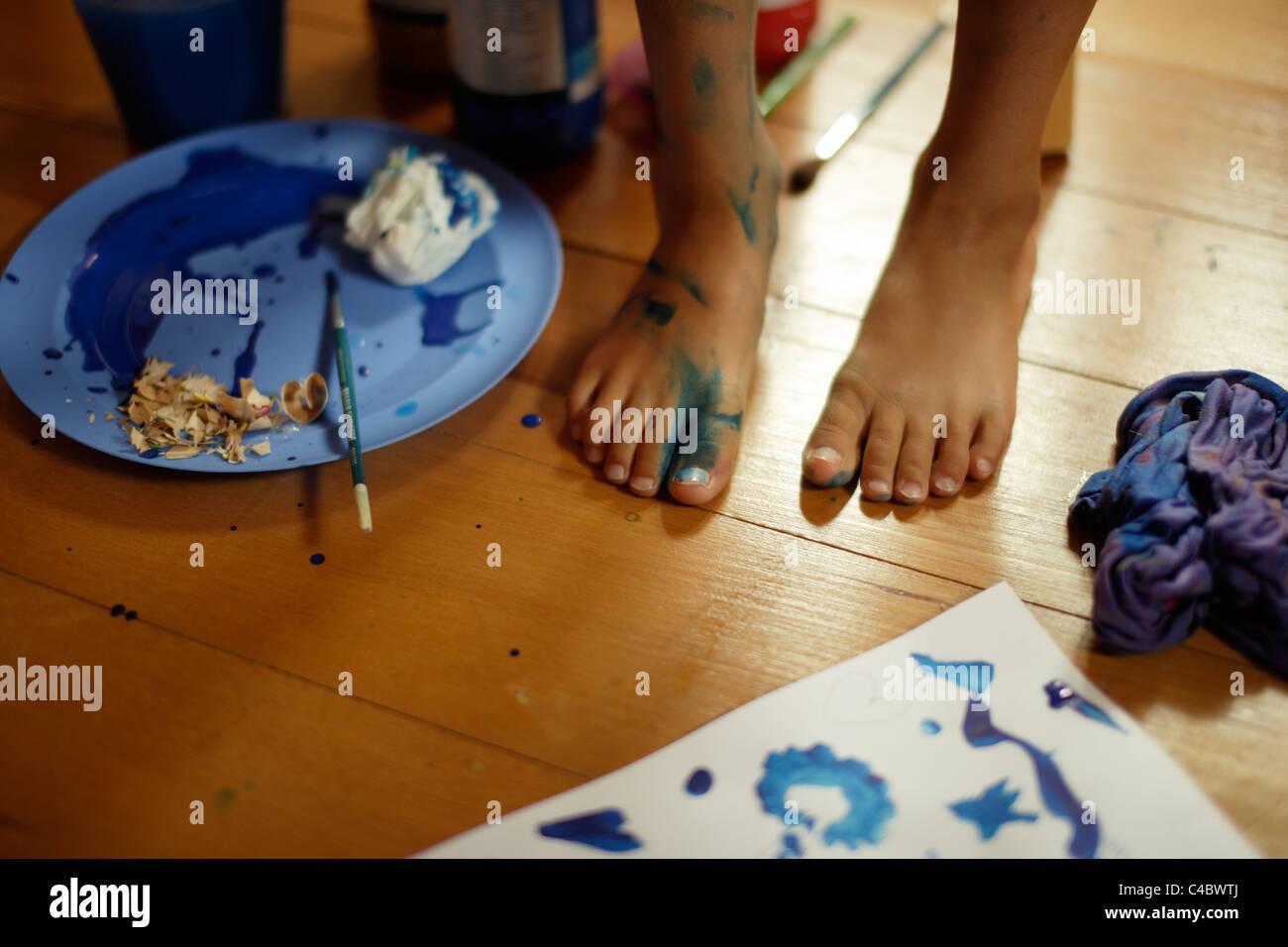 Jeune fille fait une peinture de mess dans sa chambre. Photo Stock