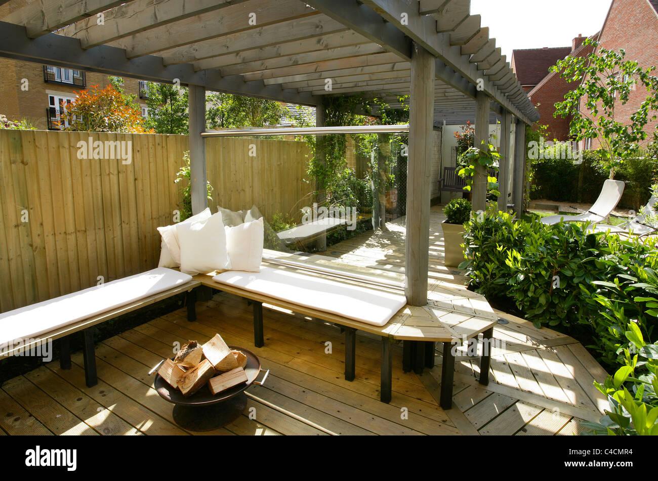 Picture of: L Anglais Moderne Contemporain Ville Jardin Avec Banc En Bois De Terrasse Et Pergola Verre Coupe Vent Et Feu Panier Dans Journee Photo Stock Alamy