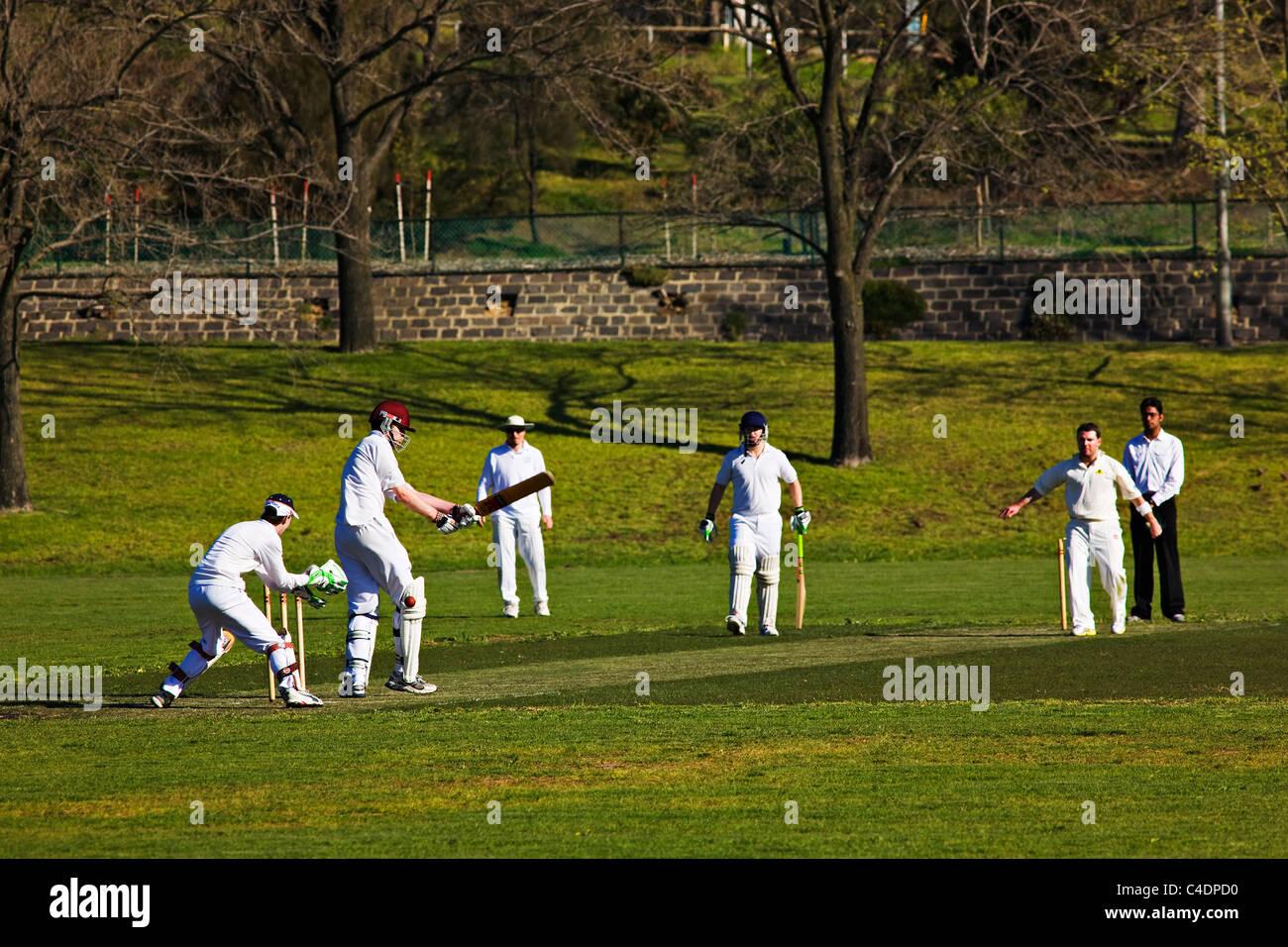 Melbourne Australie / un match de cricket amateur en cours dans le quartier de Royal Park. . Photo Stock