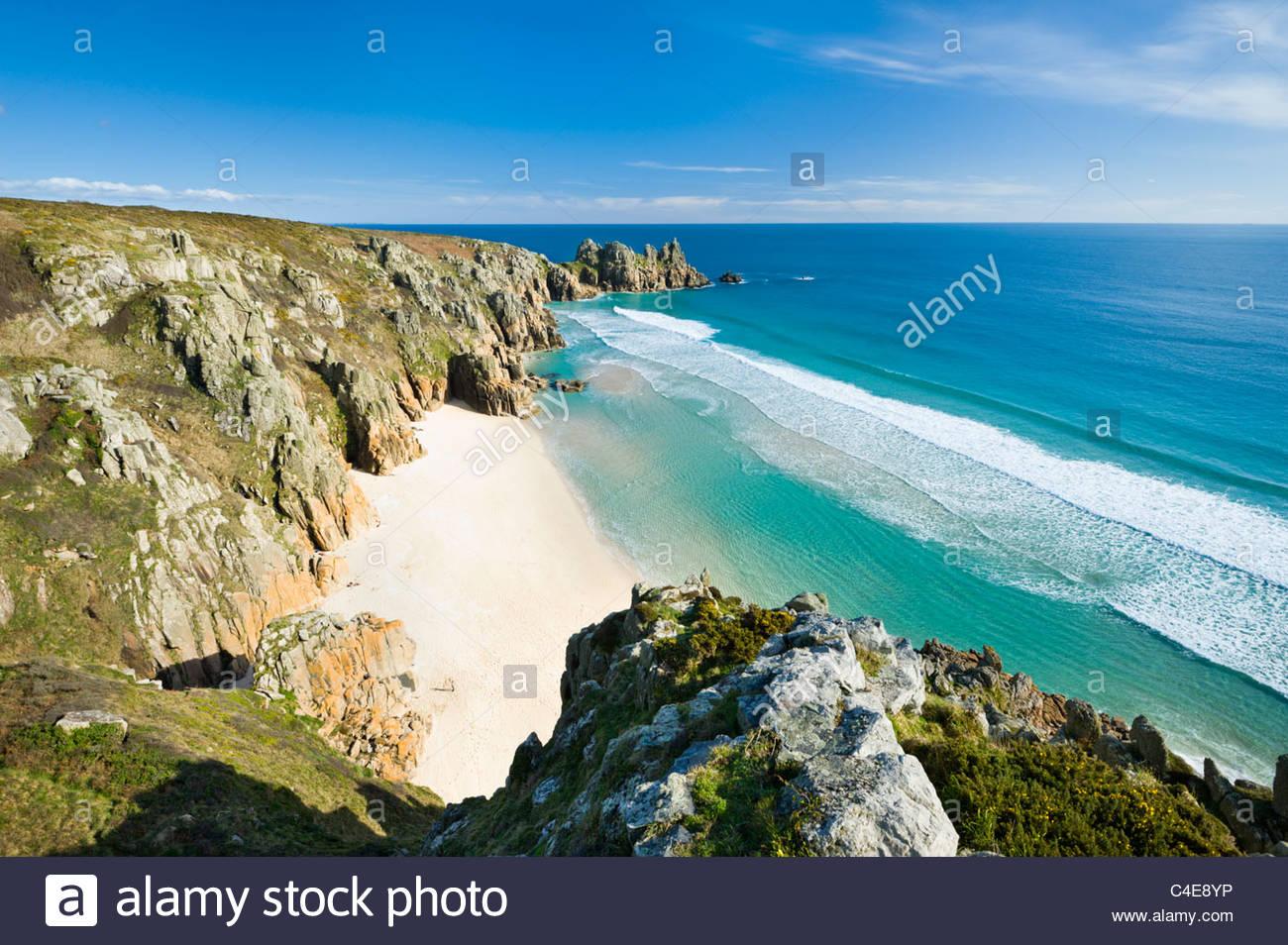 Logan Rock et Pednvider Beach, à Porthcurno, près de Lands End, Cornwall. Banque D'Images