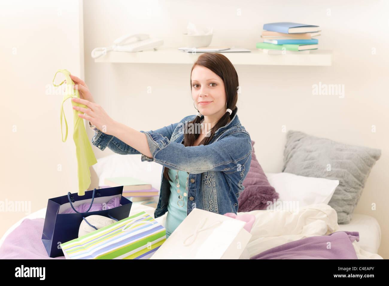Les jeunes professionnels jolie fille déballer les sacs dans appartement d'étudiant Photo Stock