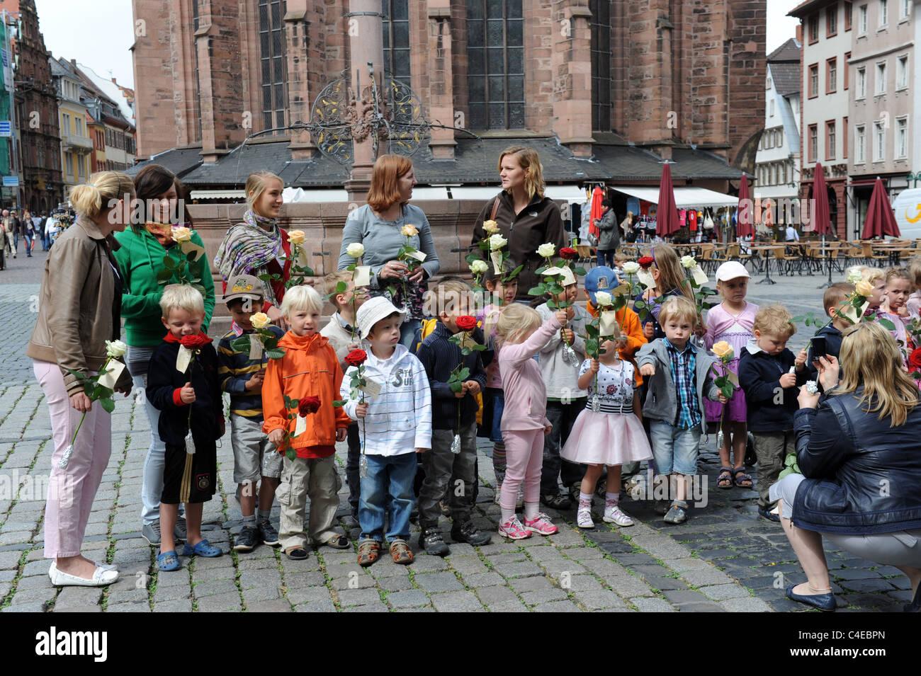 L'école maternelle enfants attendant de présenter à roses Heidelberg Baden-Württemberg Allemagne Deutschland Mariage Banque D'Images