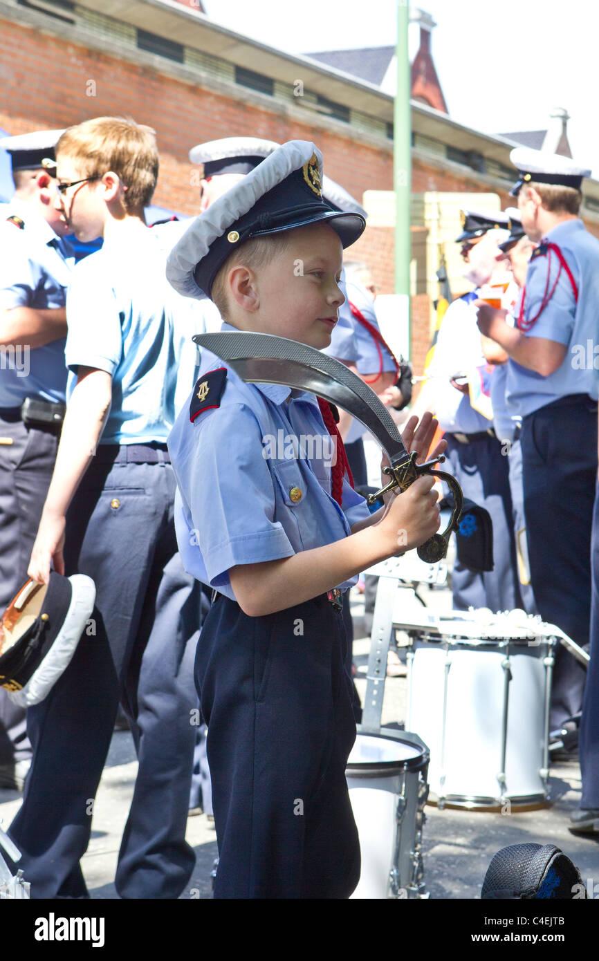 Jeune garçon uniforme militaire junior cap hat épée cutlass part Photo Stock