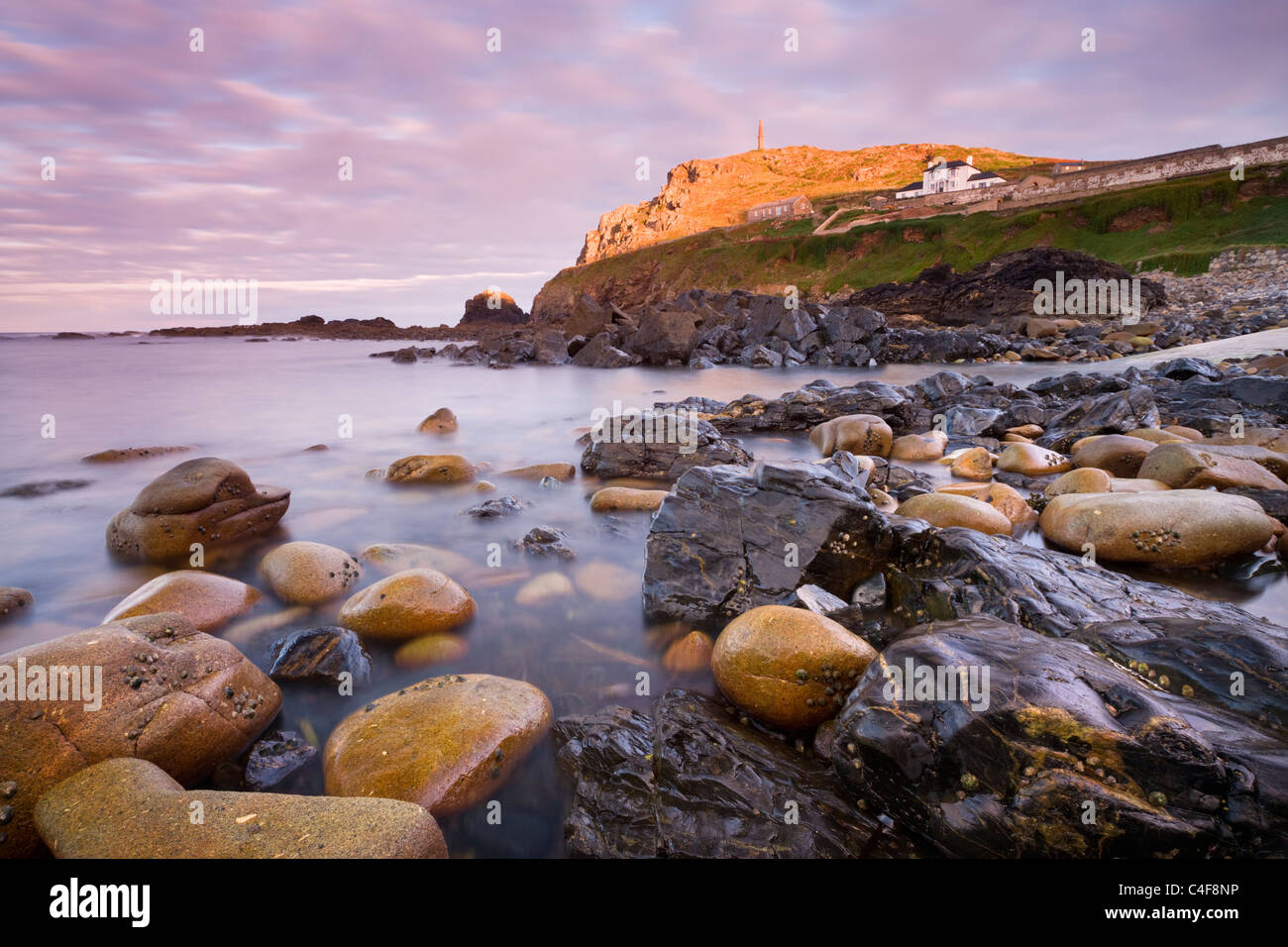 Rocky seashore à Priest's Cove sous cape Cornwall, St Just, Cornwall, Angleterre. L'automne (octobre) Photo Stock