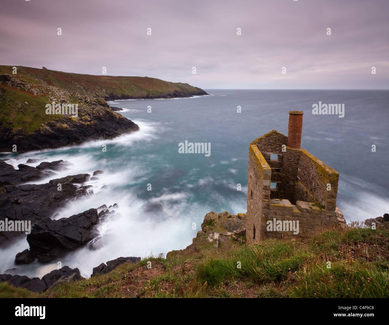 Tin mine abandonnée sur la maison moteur clifftops à Botallack près de St Just, Cornwall, Angleterre. Photo Stock