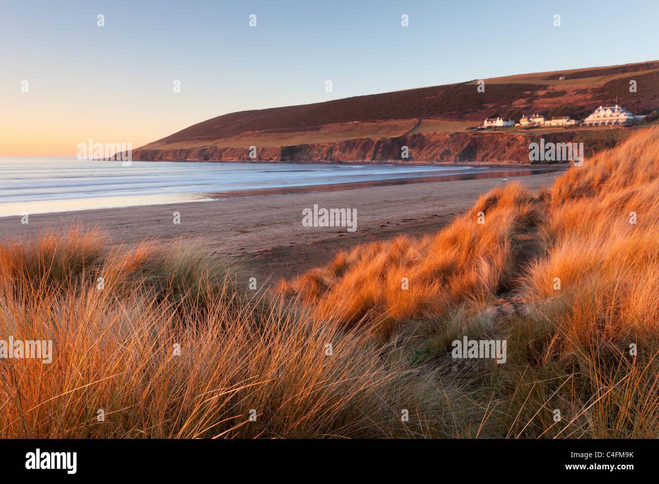 Saunton Sands et Saunton en baisse par les dunes de sable de Braunton Burrows, Devon, Angleterre. L'hiver (Janvier) Photo Stock