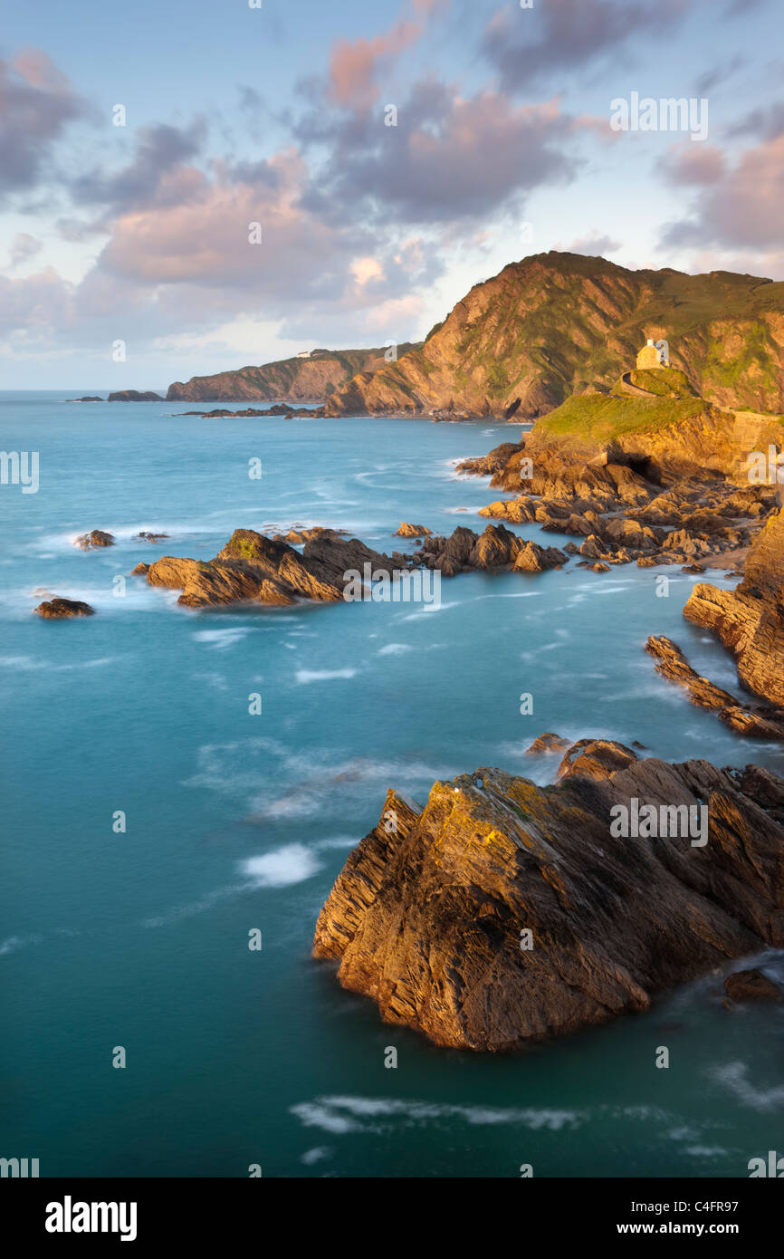 Chapelle St Nicolas et Beacon Point sur la côte rocheuse de Ilfracombe, Devon, Angleterre. Printemps (mai) Photo Stock