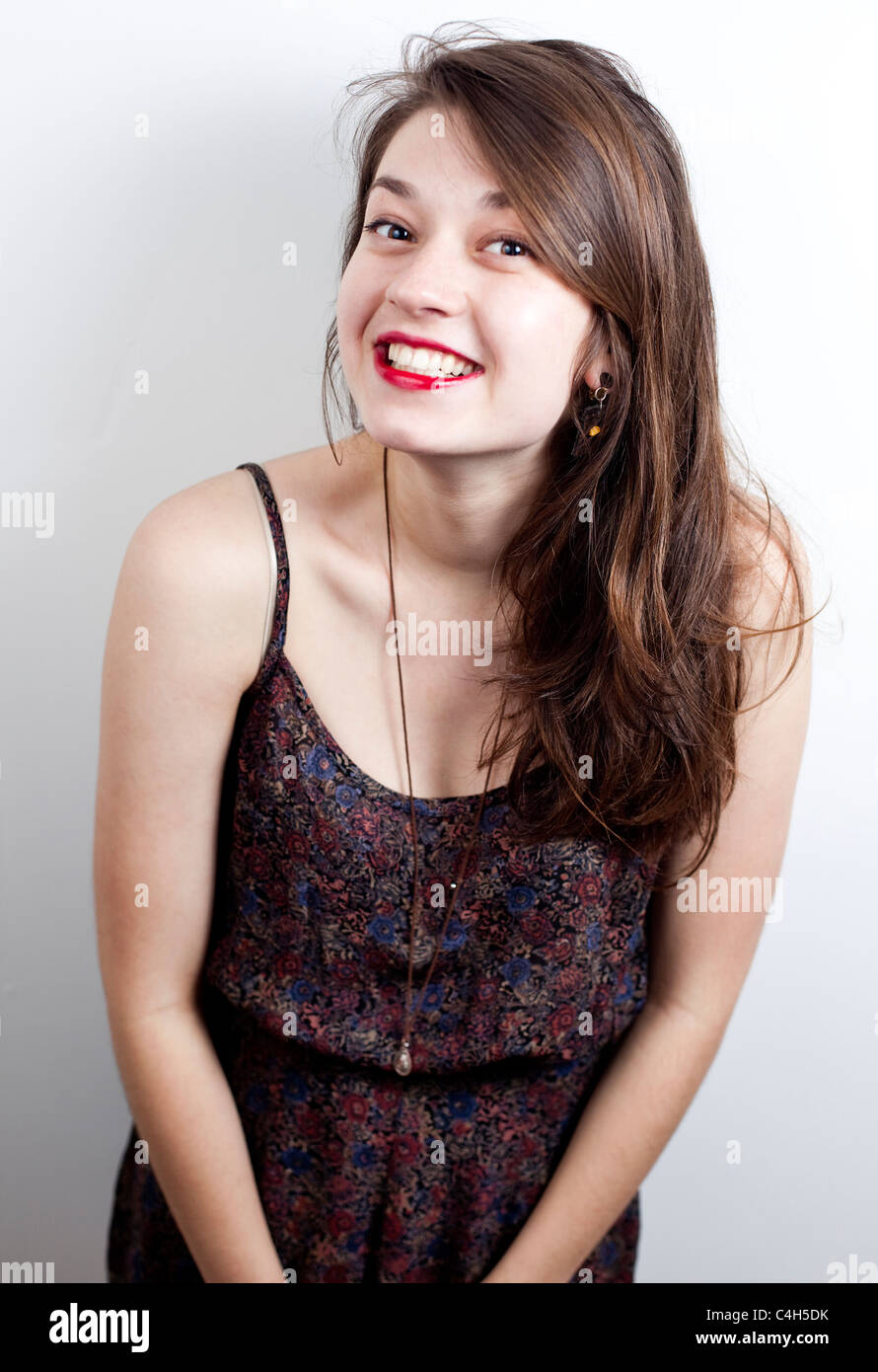 Portrait d'un adolescent avec un sourire espiègle sur son visage, Londres, Angleterre, Royaume-Uni Photo Stock