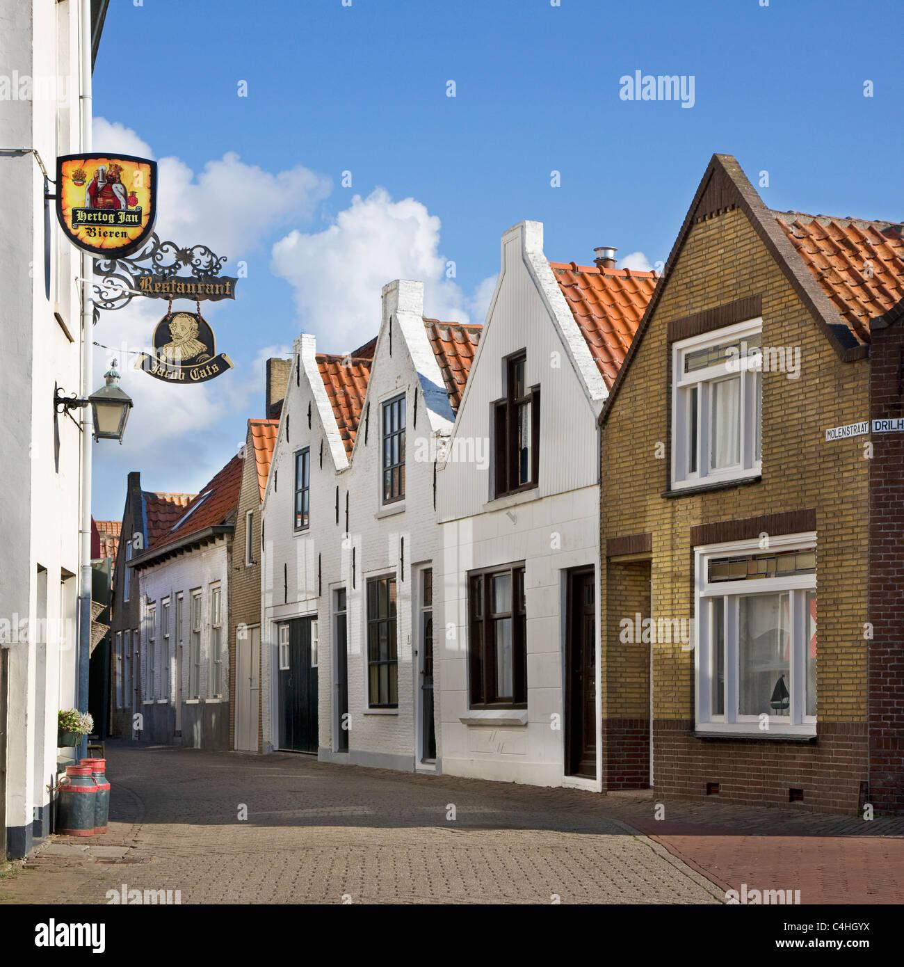 Maisons traditionnelles en rue à Brouwershaven, Zélande, Pays-Bas Photo Stock