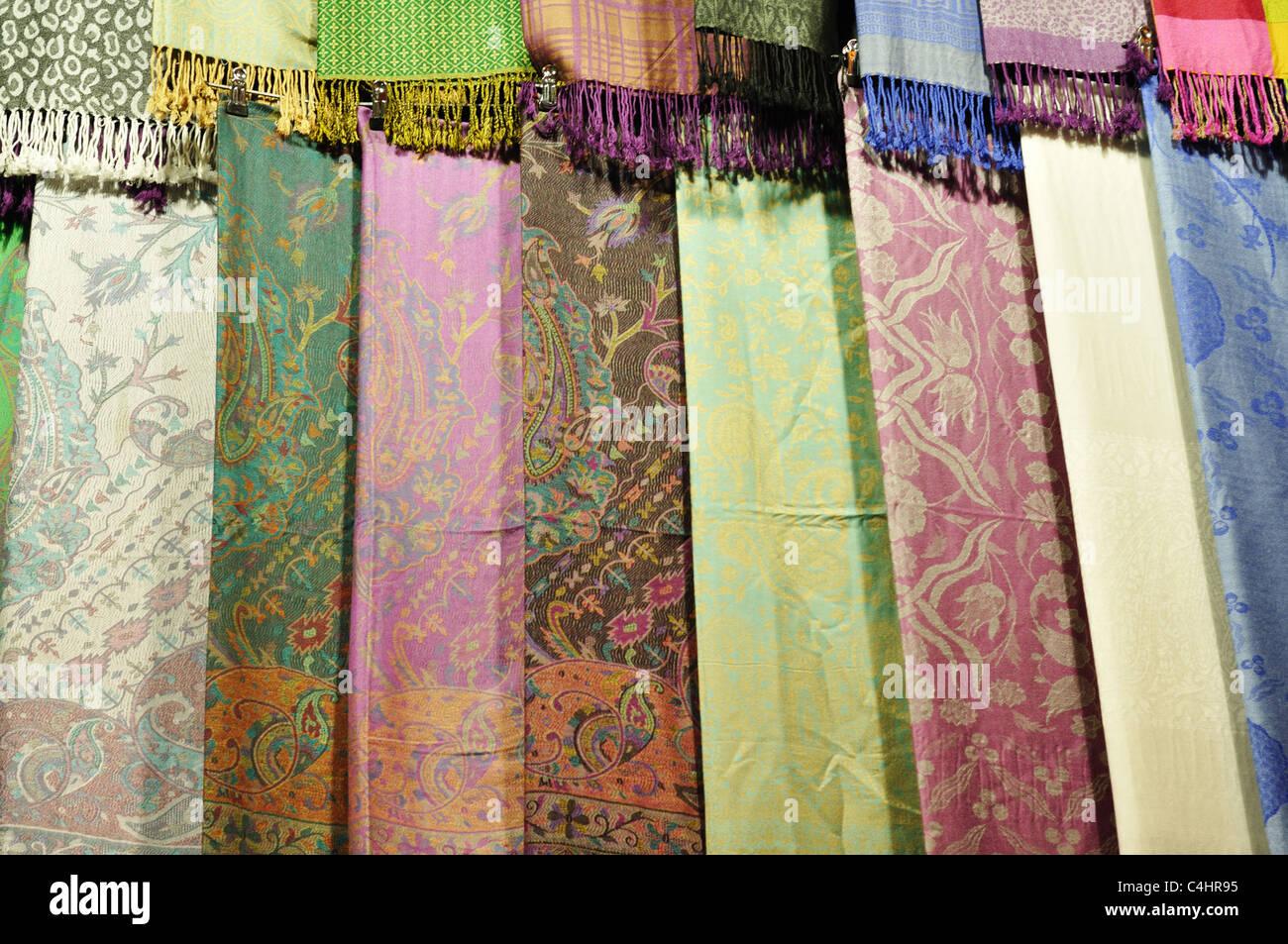 b094d35b8497 La Turquie, Istanbul, Grand Bazar (Kapali Carsi), foulards en soie et