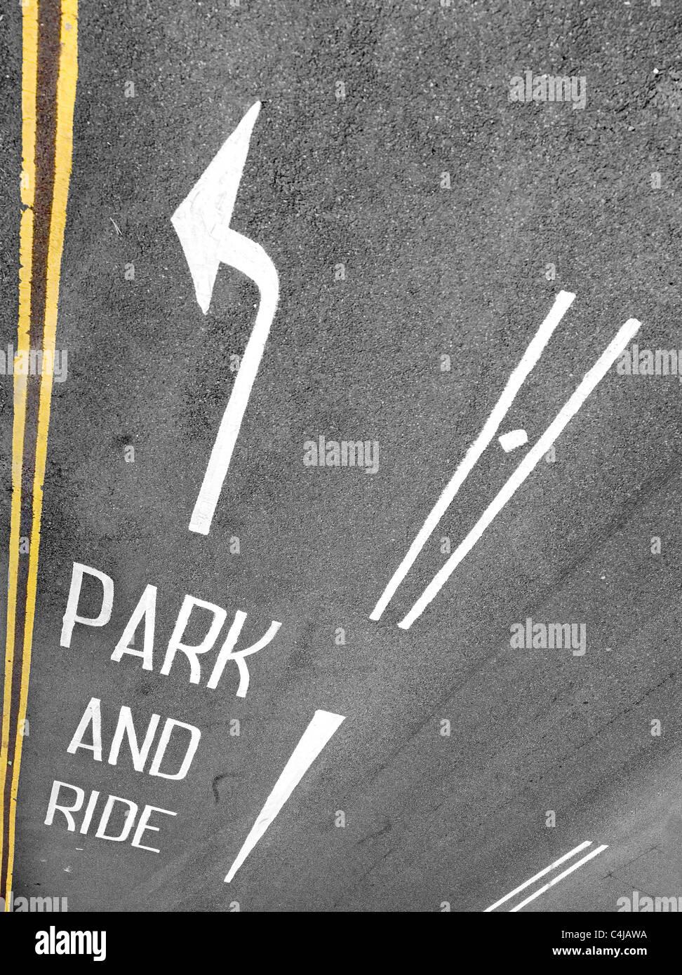 Park and Ride signalisation et d'une flèche à double lignes jaunes vus du dessus Photo Stock