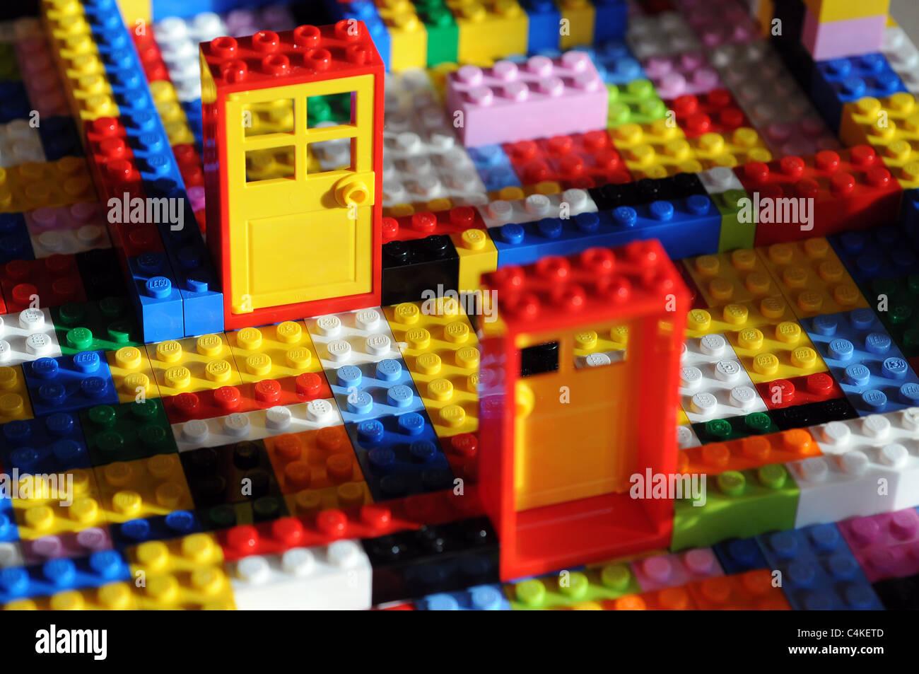 Jouet Lego briques de bâtiment avec portes et blocs de construction,couple,couple,des couples,couleur,construction,dextérité Photo Stock