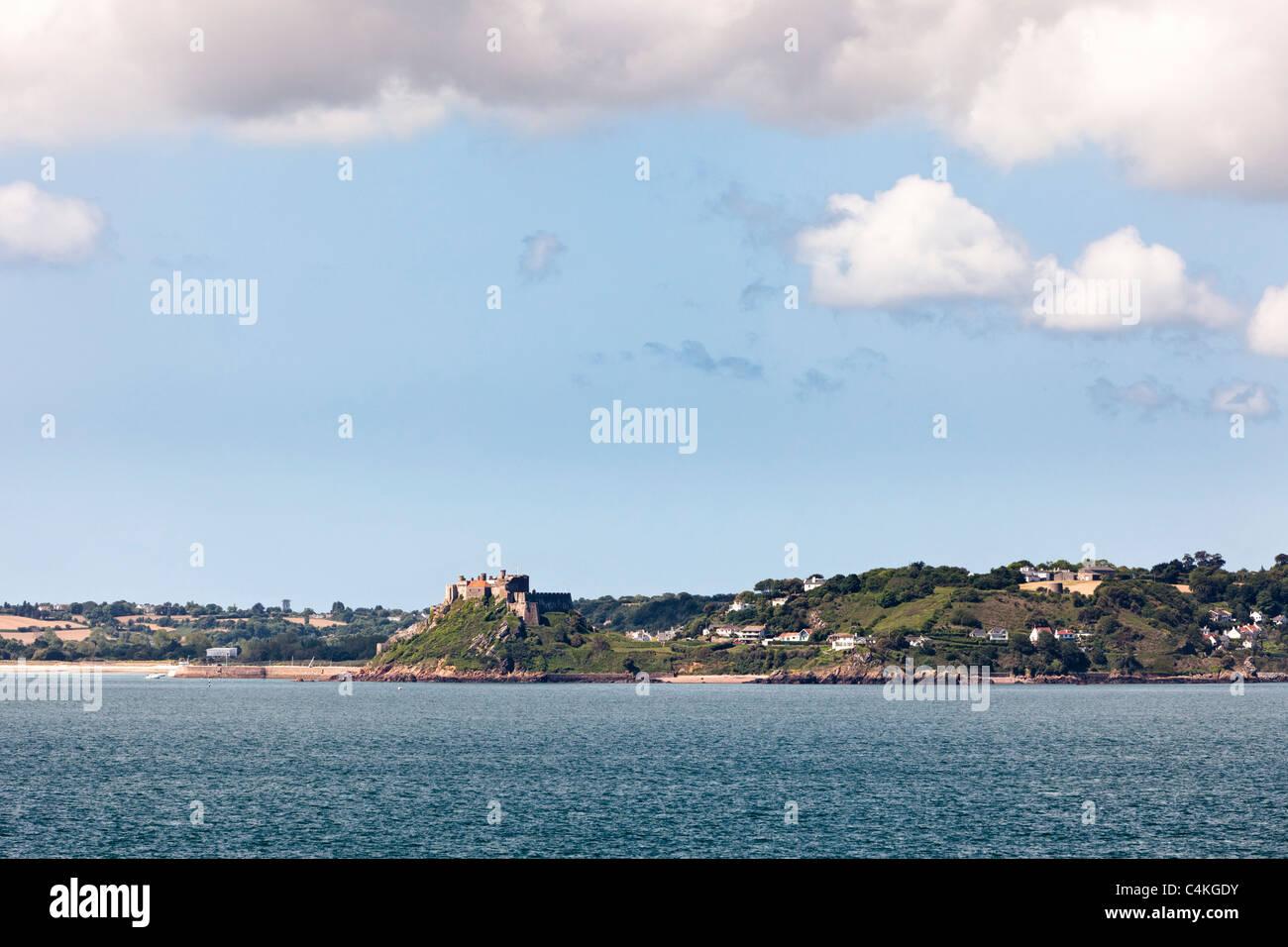 Château Mont Orguiel et Gorey Harbour, Jersey, Channel Islands, Royaume-Uni Photo Stock