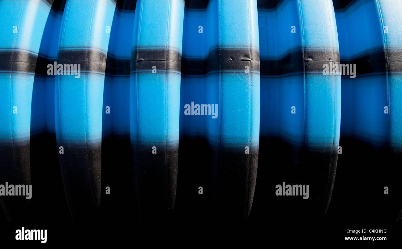 Le bleu et rayures noires sur la surface du tuyau d'eau Banque D'Images