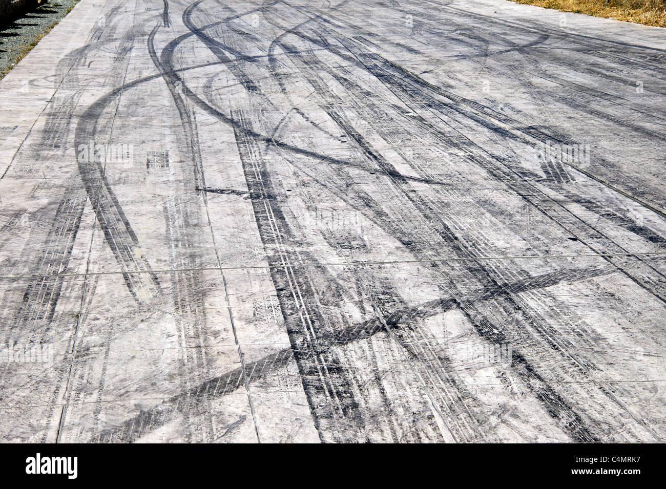 Pneu de voiture marques de dérapage sur route piste Photo Stock