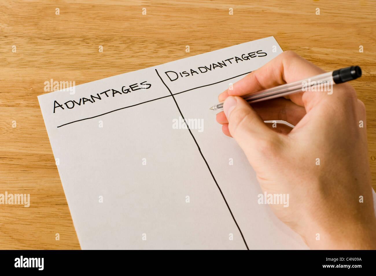 L'homme d'affaires écrit une liste évaluant les avantages et inconvénients d'une décision Photo Stock