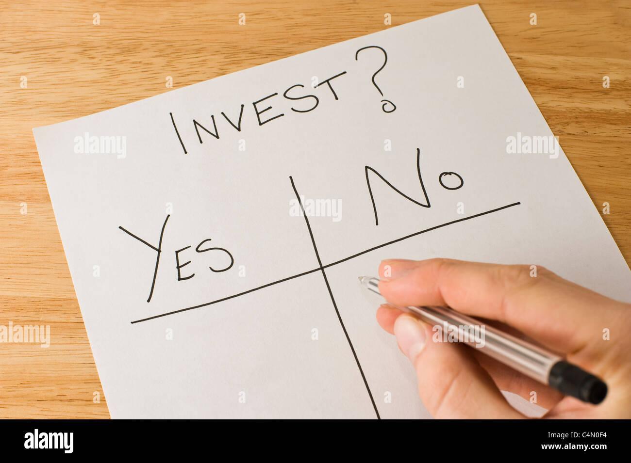 L'homme d'affaires de prendre la décision de savoir si ou de ne pas investir Photo Stock