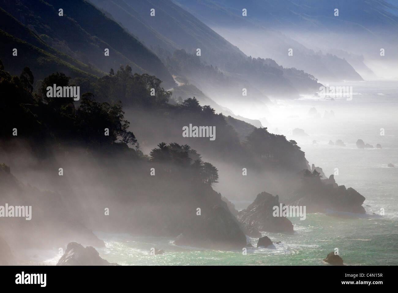 Le brouillard le long de la côte de Big Sur en Californie. Photo Stock