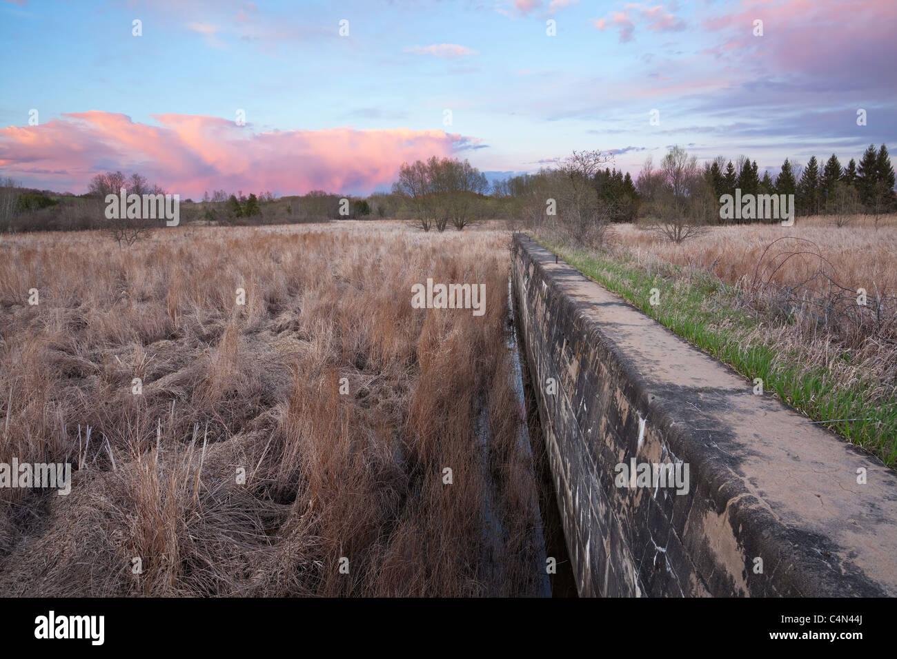 De soleil colorés sur les marais et écluses abandonnées Photo Stock