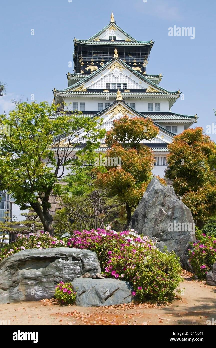 Vue verticale de la tour du château d'Osaka et le beau parc un jour de printemps. Photo Stock