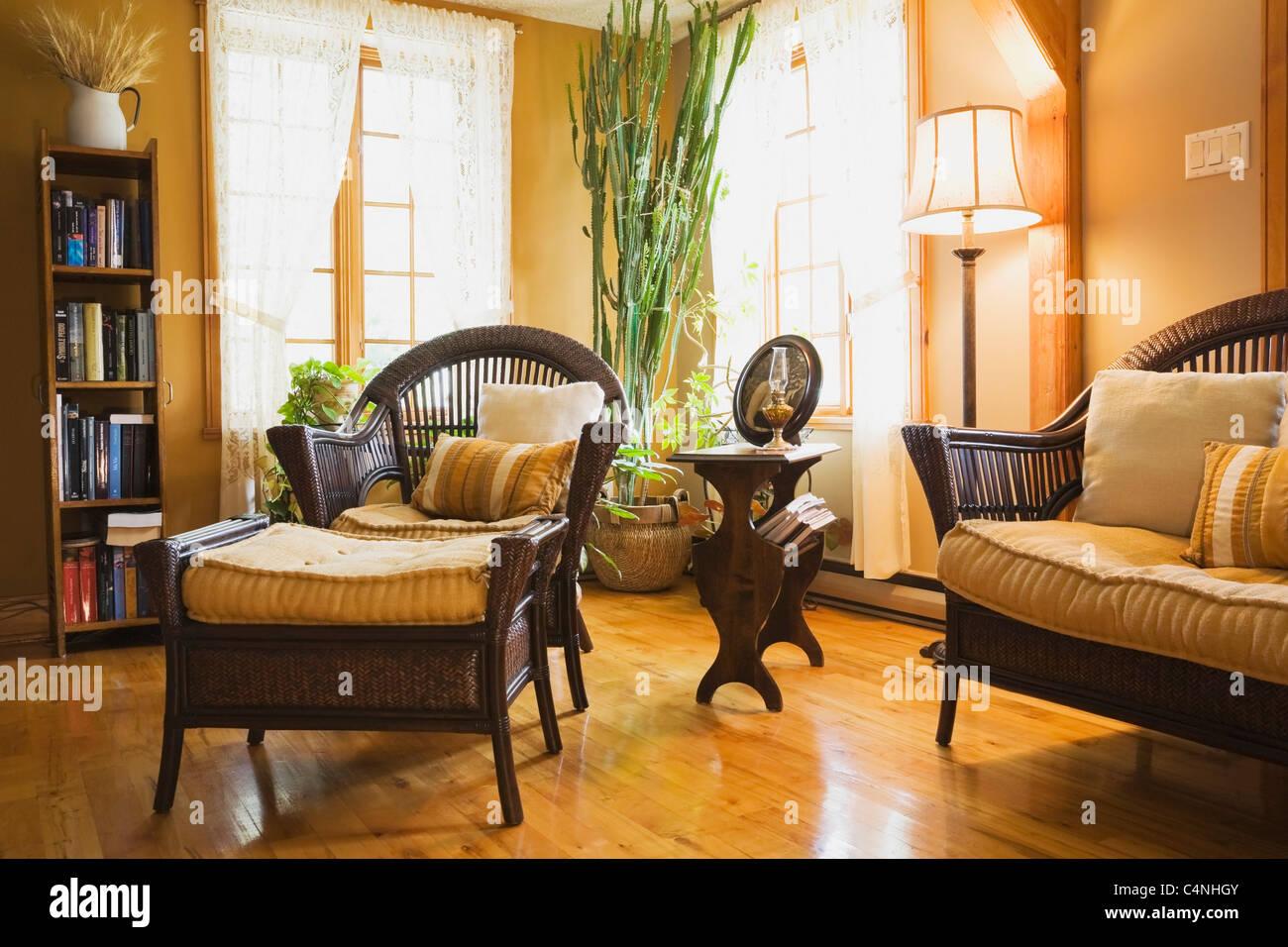 Meubles en rotin dans le salon du 19e si cle de style cottage home qu bec canada banque d - Meubles style cottage ...