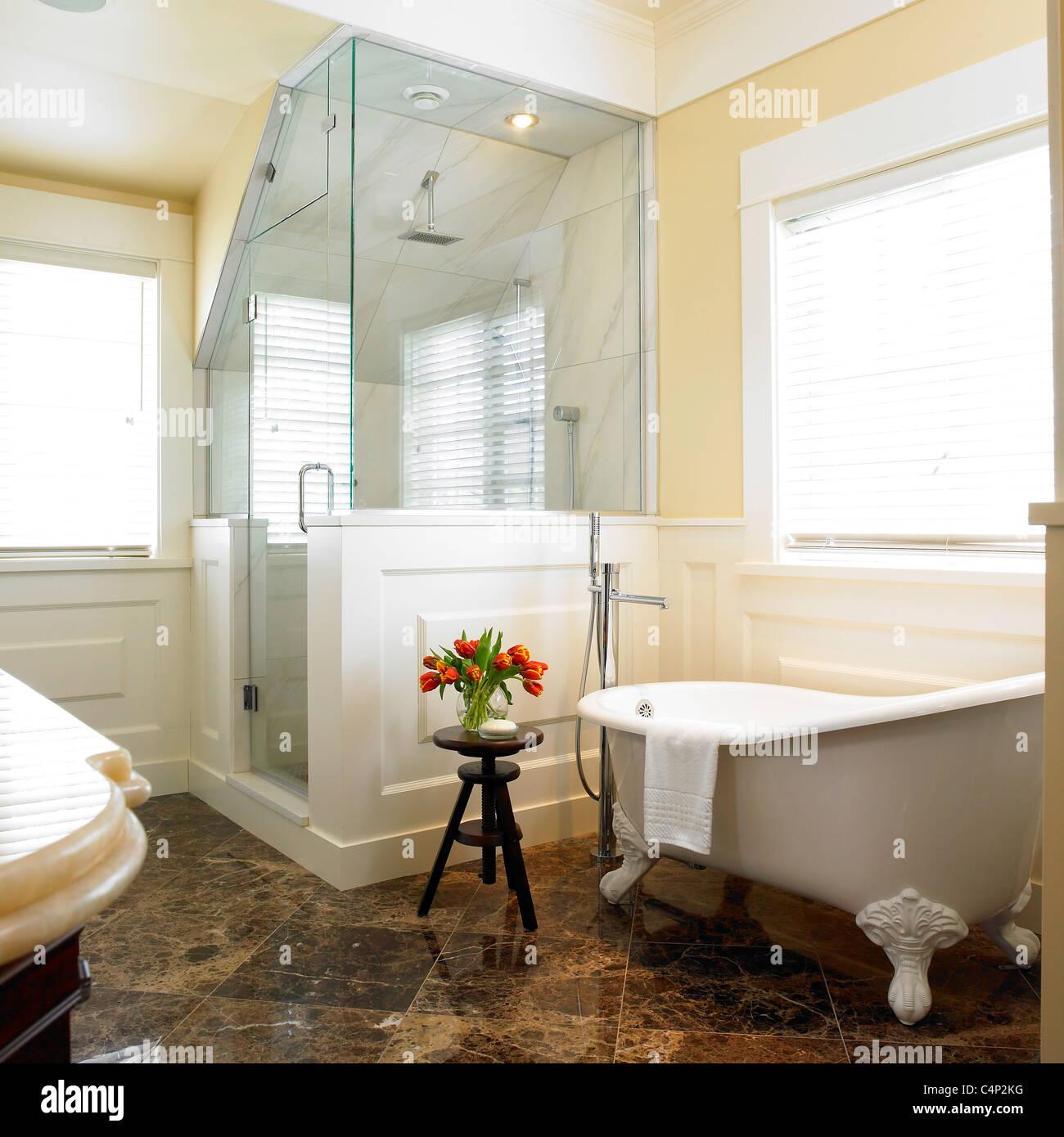 Salle de bains avec cabine de douche en coin et bain sur pattes ...