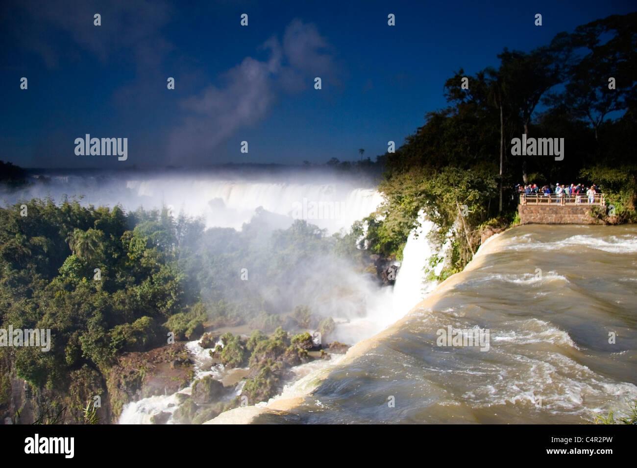 Les cascades à couper le souffle de Puerto Iguazu (Argentine) et Foz do Iguacu (Brésil) Photo Stock