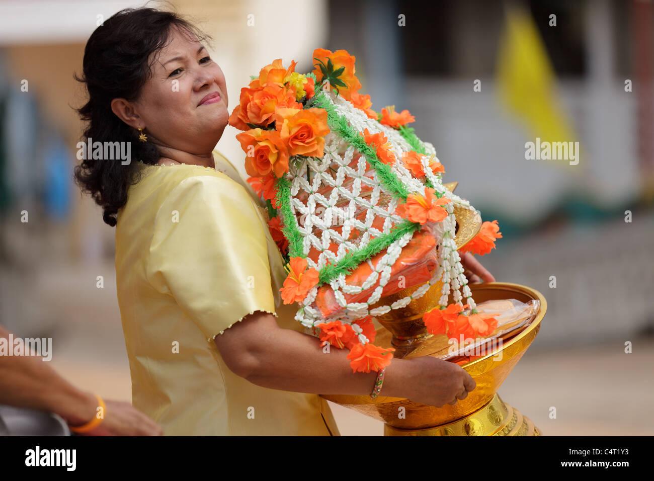 Thai woman holding offrande religieuse à la nouvelle célébration moine bouddhiste en Thaïlande, ville Uttaradit Banque D'Images