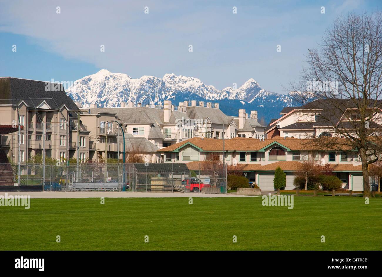 Maisons et condos avec Golden Ears montagnes derrière, Port Coquitlam, BC, Canada Banque D'Images