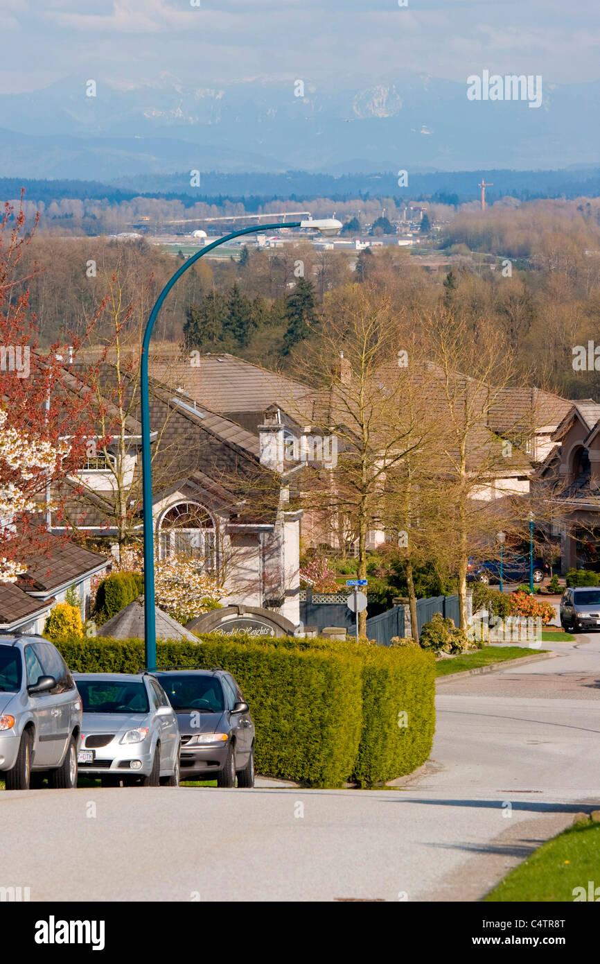 Citadelle Heights Community avec les montagnes et la construction de ponts derrière, Port Coquitlam, BC, Canada Banque D'Images