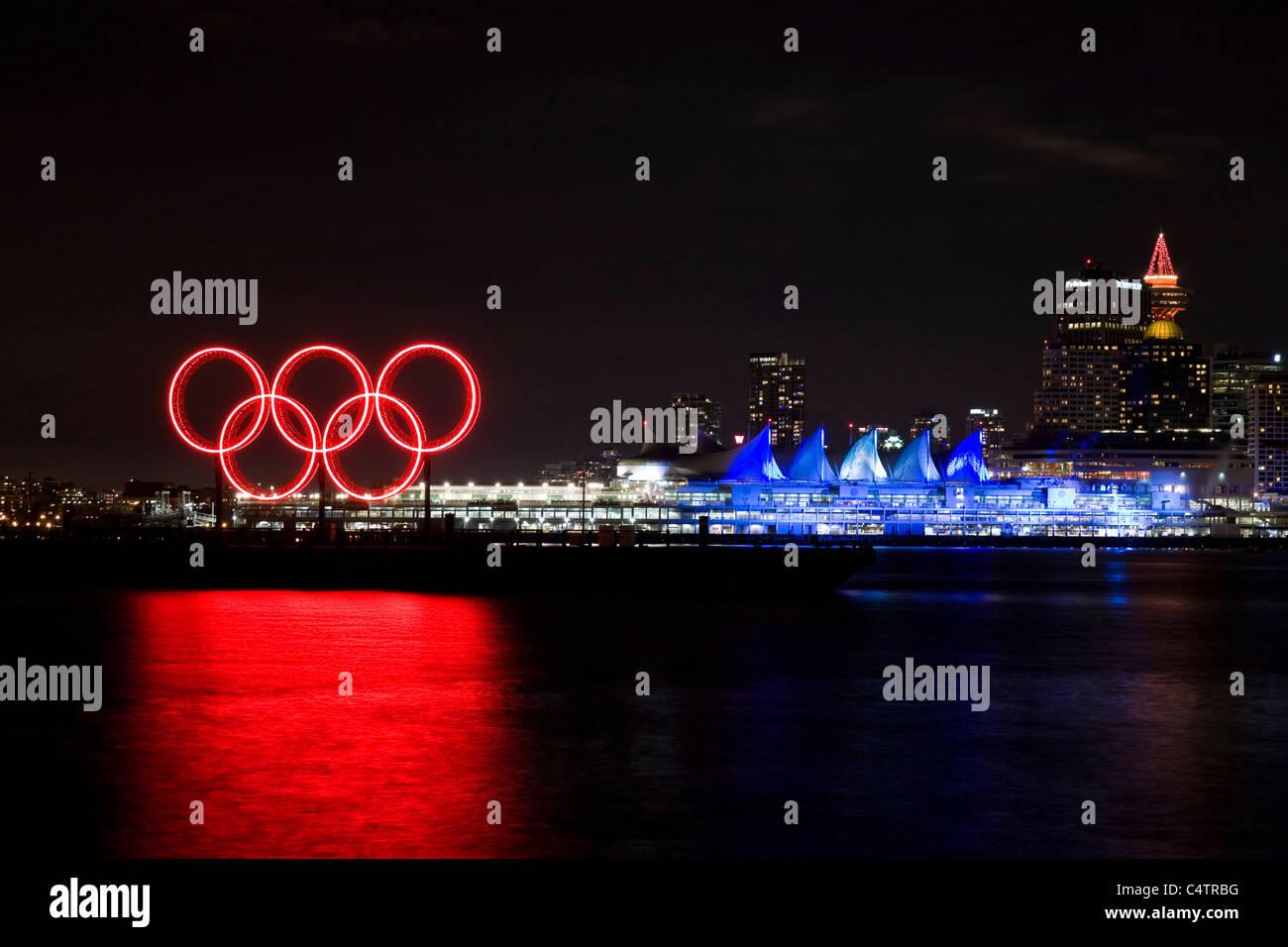 Anneaux Olympiques et rougeoyants rouges s'illuminèrent la Place du Canada, au bord de l'eau pendant les Jeux Olympiques d'hiver de 2010, Vancouver, Canada Banque D'Images