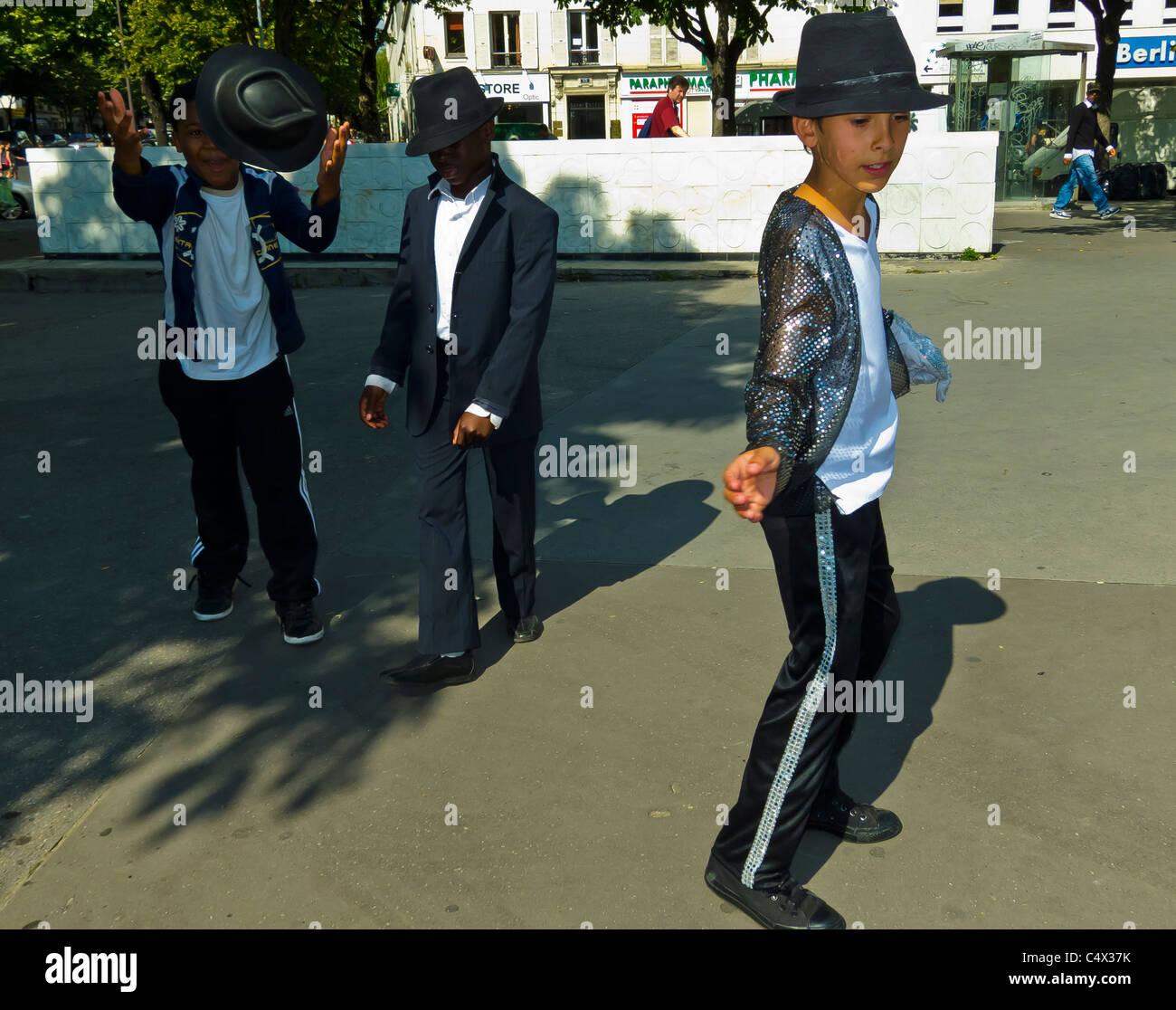 Paris, France, les jeunes garçons Français habillés en costumes de Michael Jackson, la pratique de Photo Stock