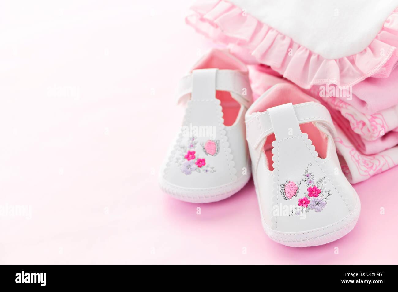 f6cabf24b62b8 Bébé fille vêtements et chaussures pour la douche de bébé sur fond rose