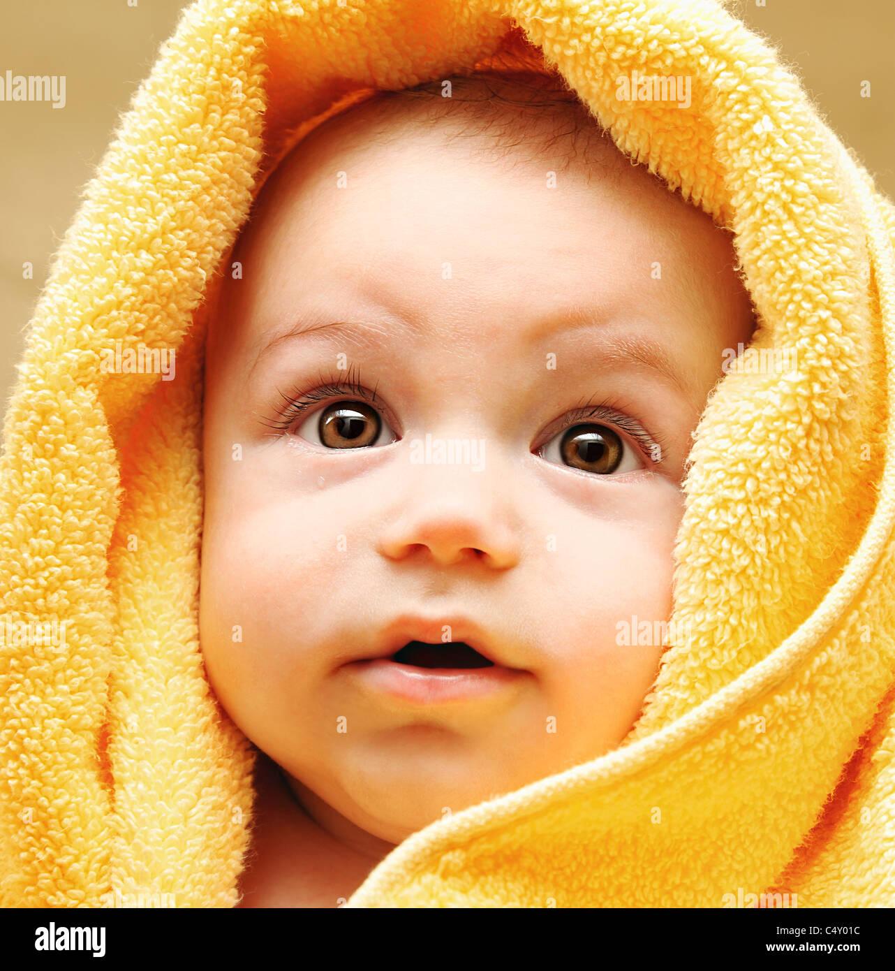 Mignon bébé visage enveloppé dans une serviette, de l'hygiène et de la santé concept Photo Stock