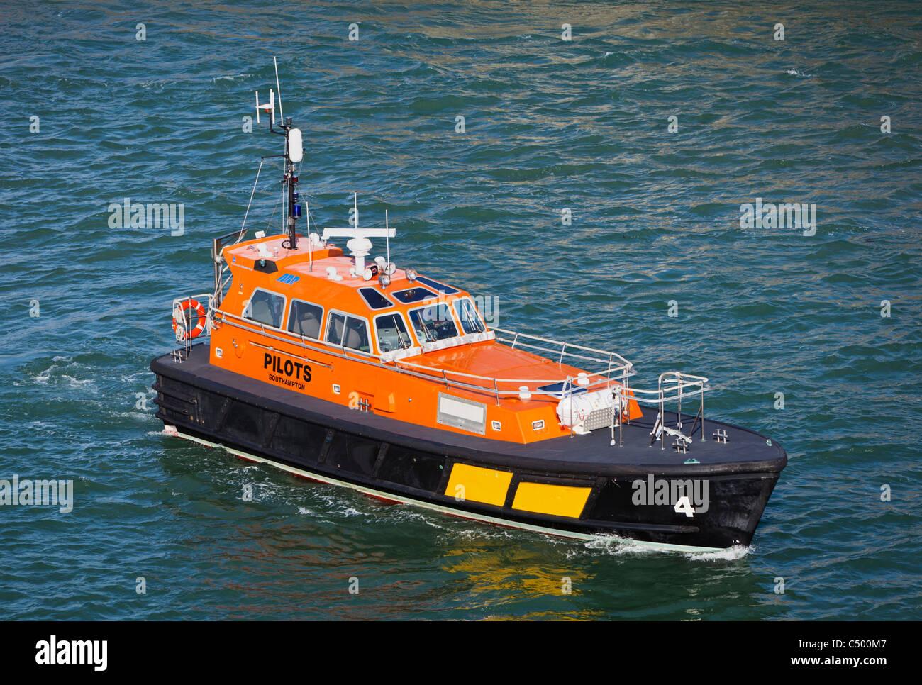 Bateau pilote dans le port de Portsmouth England UK Photo Stock