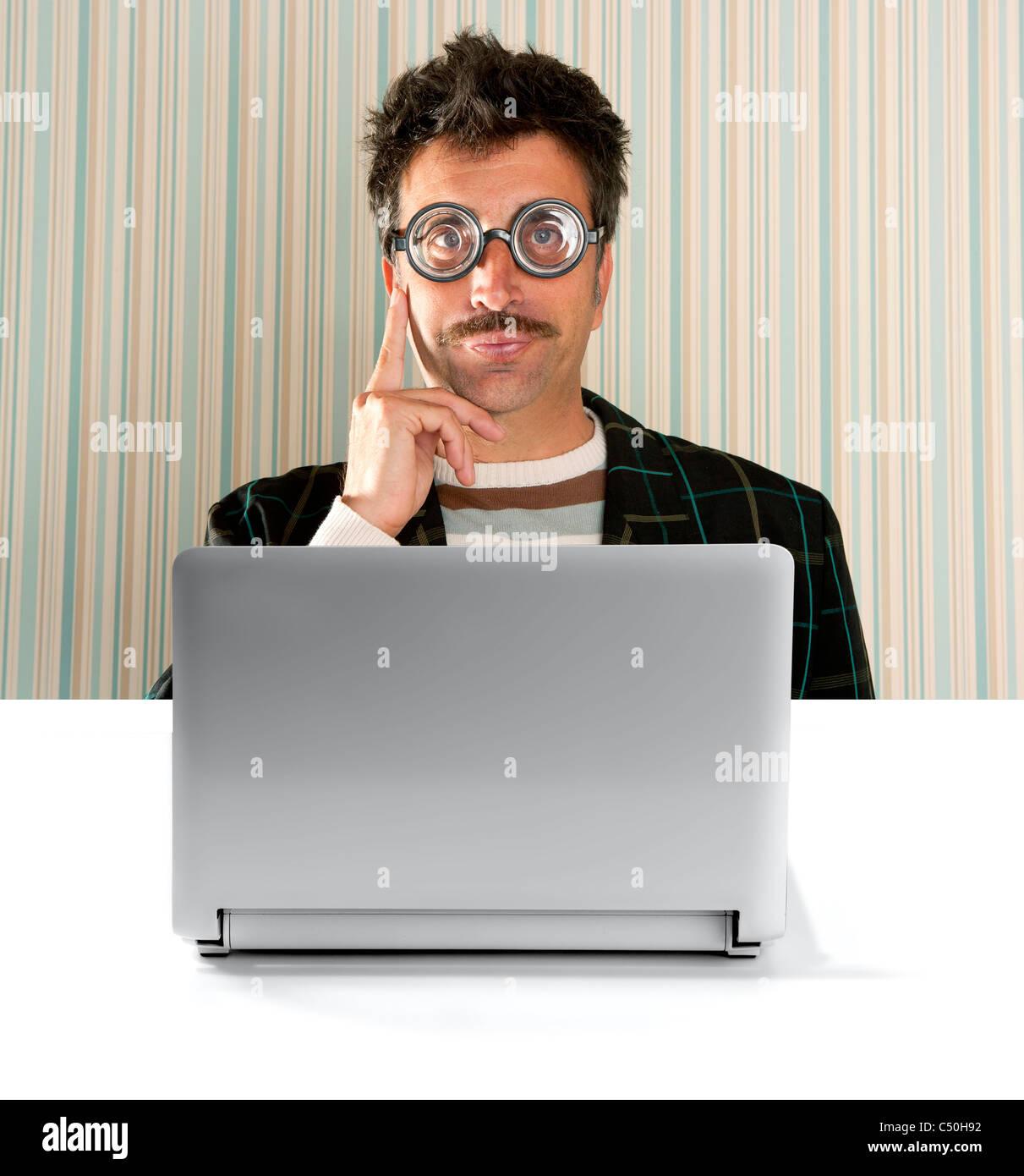 Nerd santa claus avec des lunettes de myope et expression idiote devant un ordinateur  portable b7162891e5c2