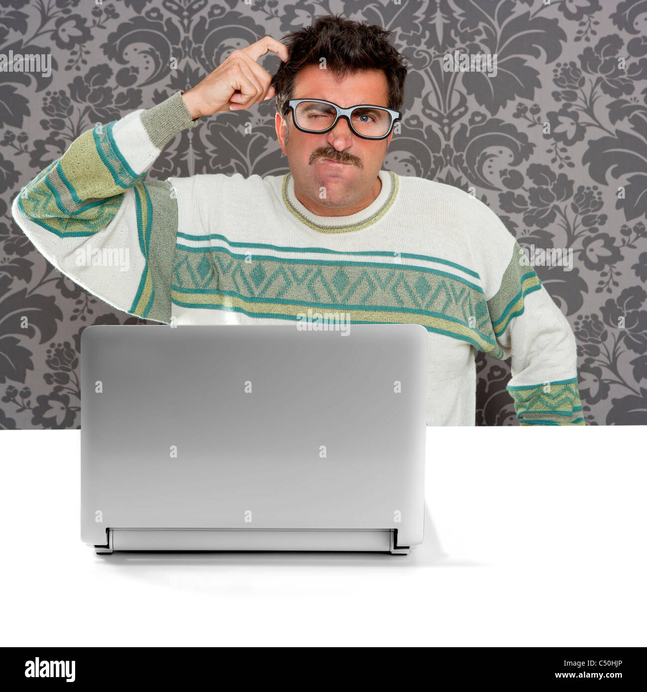 Santa Claus Nerd à lunettes et l expression idiote devant un ordinateur  portable à la solution 636f8534ae8a