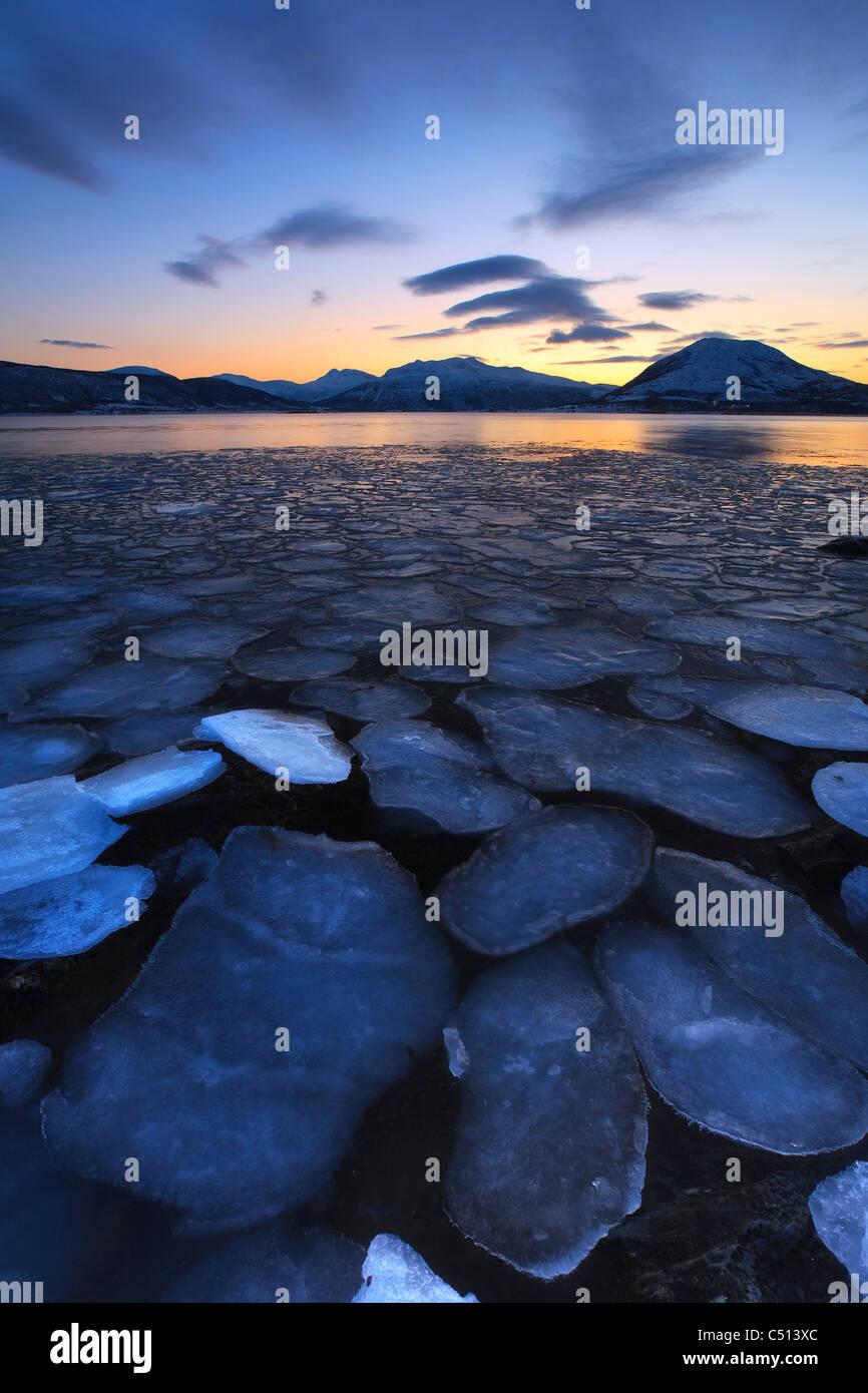Flocons de glace dérive vers les montagnes sur l'Île Tjeldoya, la Norvège. Photo Stock